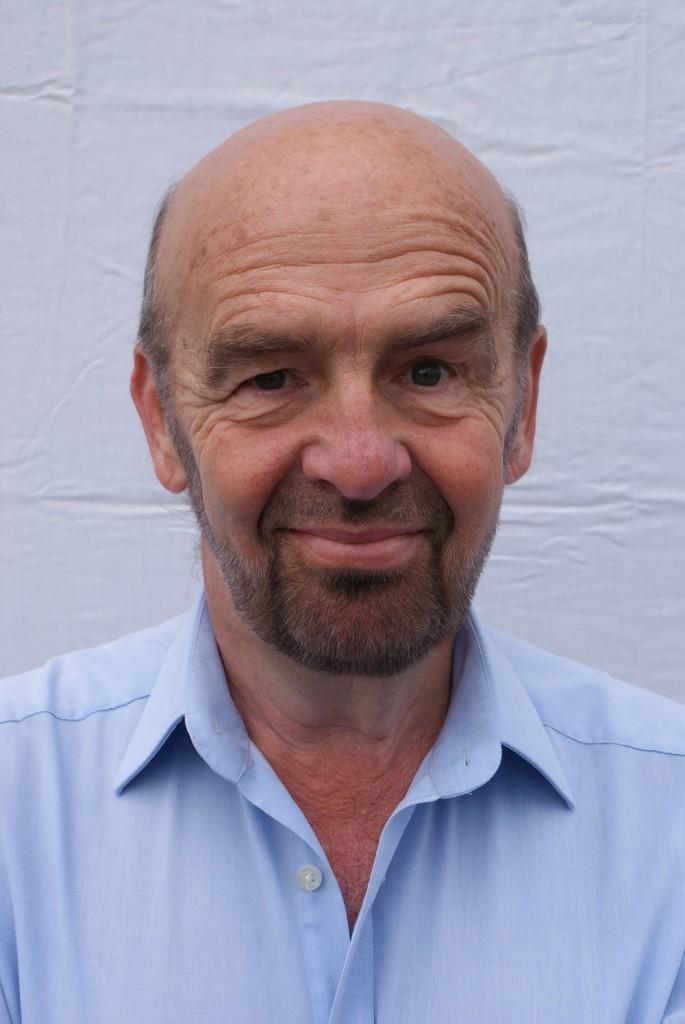 """Martin De Jonghe  Martin De Jonghe werkte van 1977 tot 1998 bij de BRT (nu VRT) als programmamaker. Hij presenteerde het bekroonde radioprogramma Service Telefoon en Golfbreker. Op televisie was hij de man achter het satirische televisieprogramma TV-Touché en was hij regelmatig te gast in het panel van de quiz De Drie Wijzen. Op de West-Vlaamse regionale zenders WTV en Focus trok hij door de West-Vlaamse gemeenten en gaf hij als """"Lucien van achter 't nieuws"""" zijn kijk op de actualiteit."""
