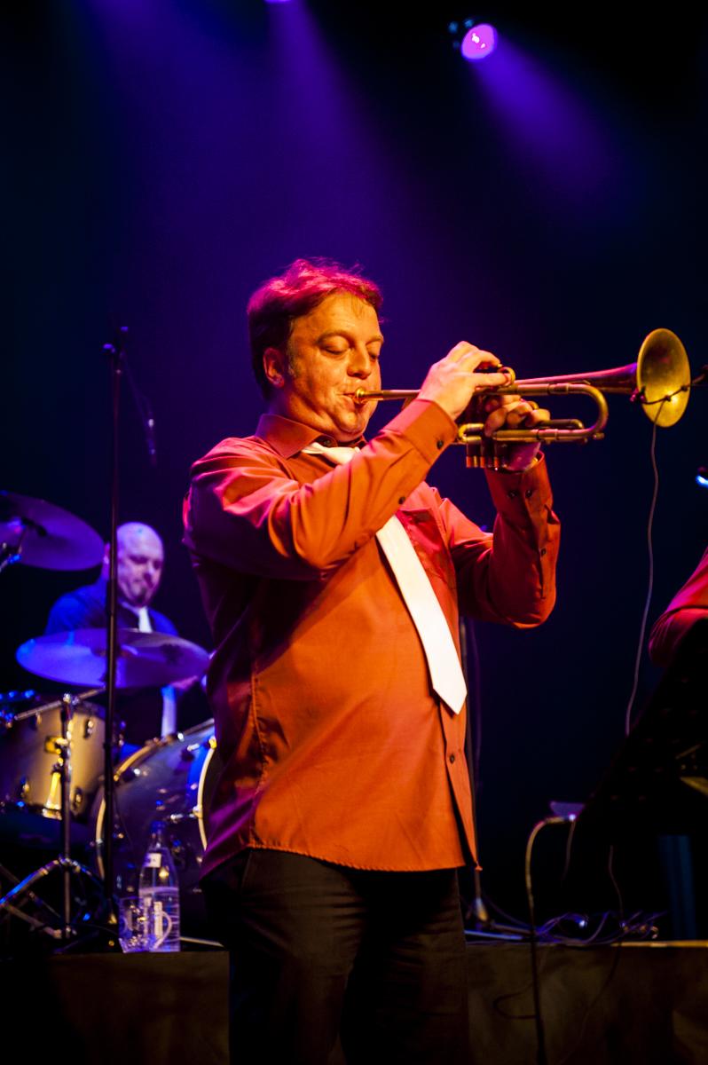 Heikki Verdure  Heikki Verdure studeerde aan de muziekschool van Harelbeke. Hij speelt trompet bij De Dolfijntjes XXL, Brassaholic, de vette pistons en bij het Ed Sullivan Quartet XXL. Hij toerde Europa rond met de Va Fan Fahre en wordt vaak gevraagd als freelancer bij verschillende bands.