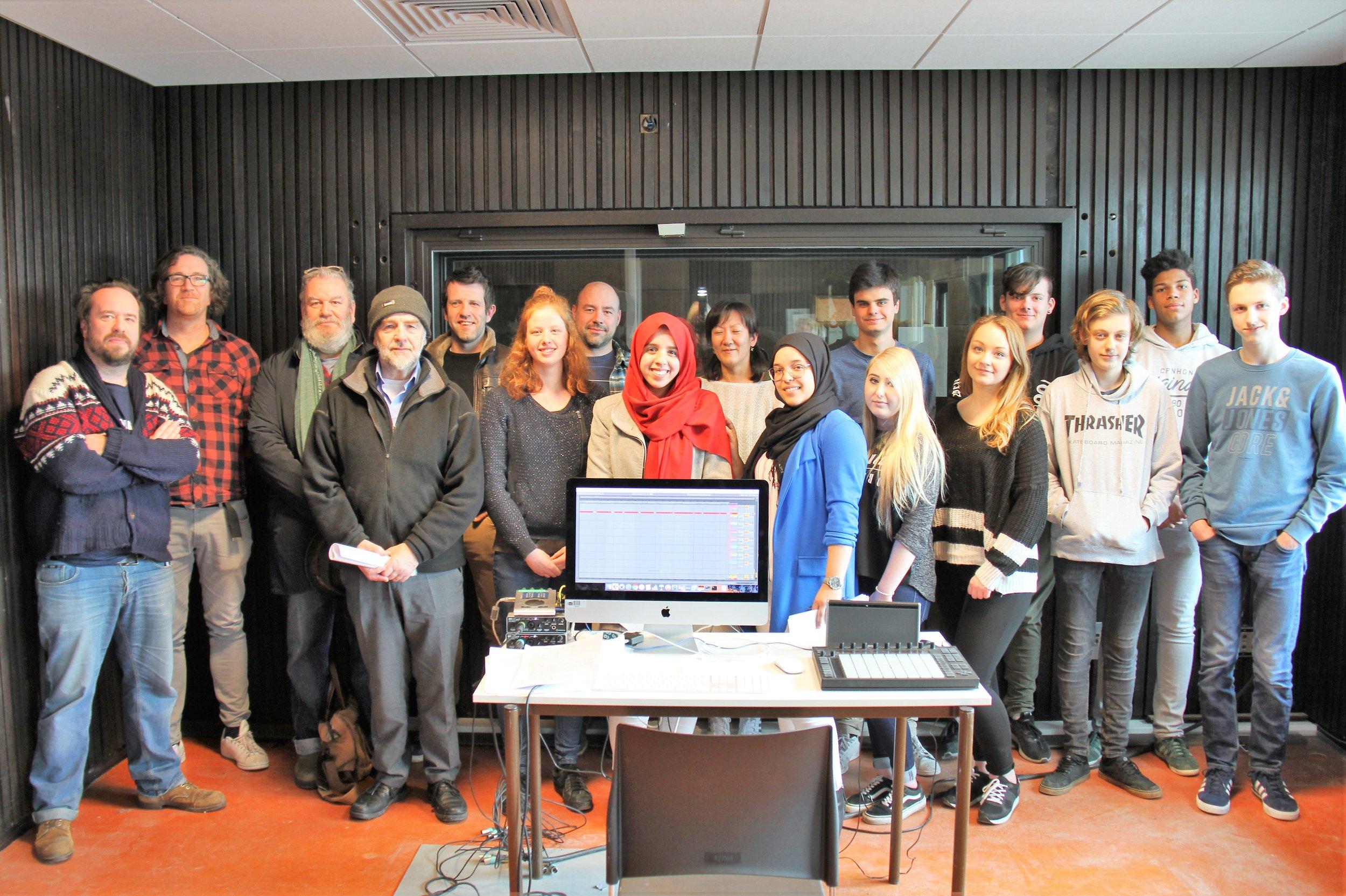 Leerlingen multimedia optie audio athena campus Heule, leerlingen Kinderzorg athena campus Drie Hofsteden samen met Iwein Segers, Martin De Jonghe, Wim Opbrouck en de begeleidende leerkrachten.