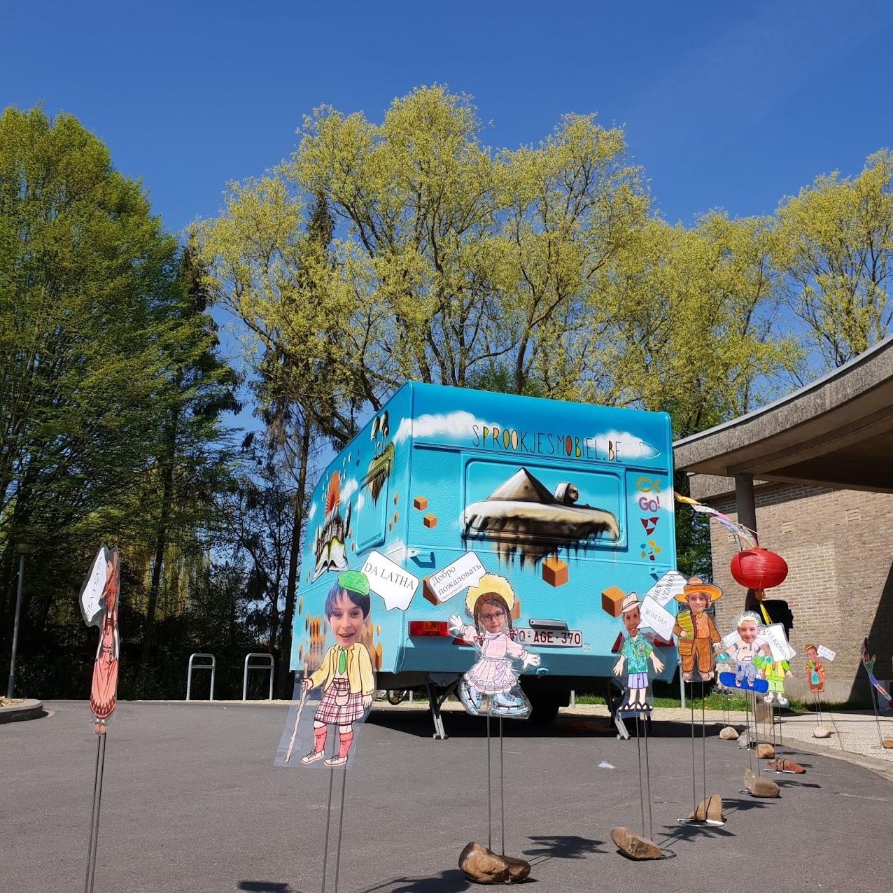 Het project - Een oude caravan wordt gerenoveerd en omgebouwd tot mobiele verhalencaravan. De leerlingen van het 7de jaar Kinderzorg gaan met deze Sprookjesmobiel op stap om kinderen mee te nemen in de wondere wereld van verhalen en muziek.Lees Meer