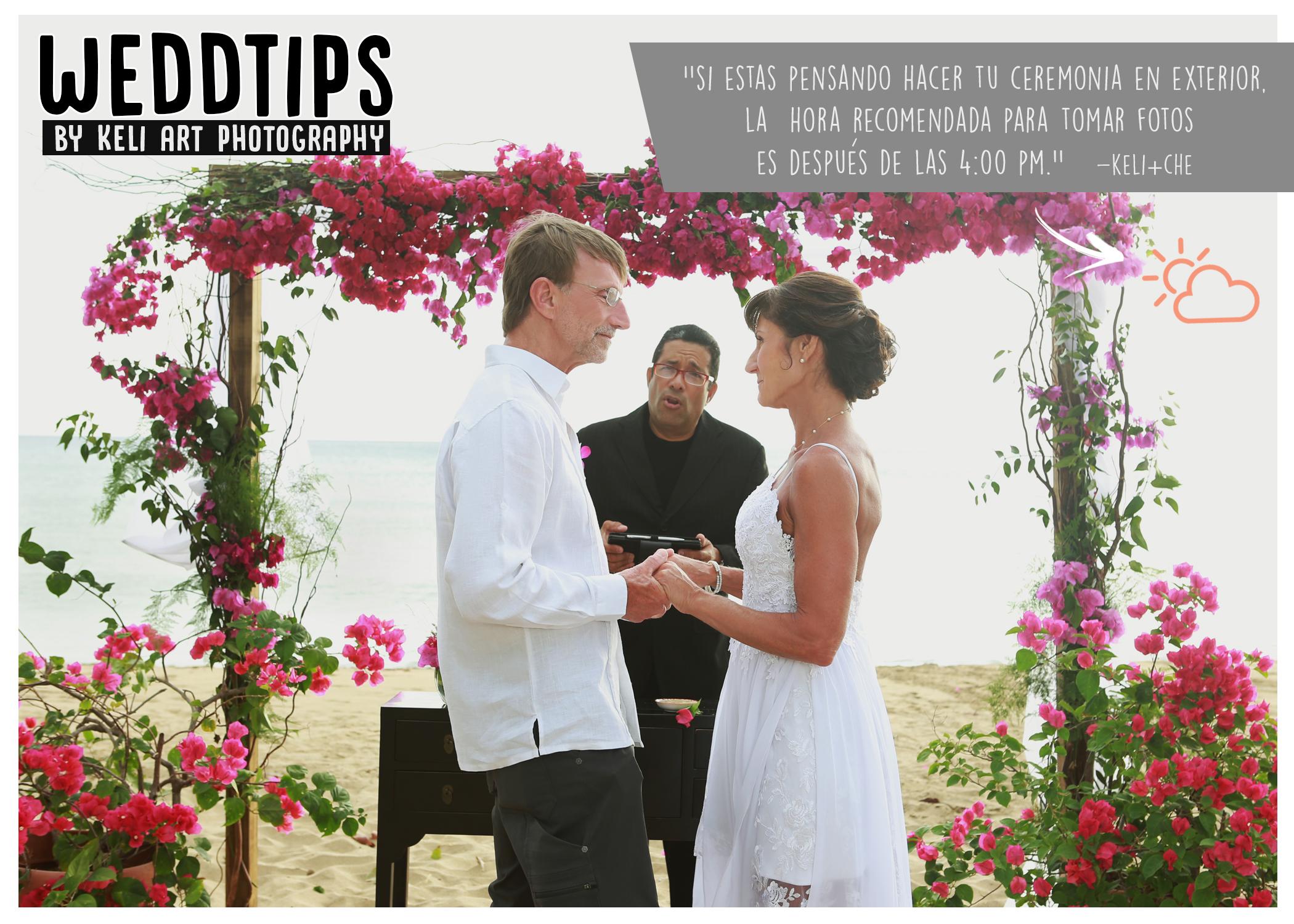 WeddTips: Si tu ceremonia será en exterior es bueno que leas éste consejo. Está muy de moda hacer bodas al aire libre, en especial la ceremonia. Muchas veces no se toman en consideración algunos detalles que son muy importantes. Por ejemplo, la HORA. Nuestra recomendación es luego de las 4:00pm ya que la ubicación del sol es perfecta para fotografía. Los novios no van a tener mucha calor y la luz del sol no va a molestar su vista. No es recomendable hacer ceremonias en exterior antes de las 4:00 pm y mucho menos cerca del medio día. El fuerte sol que tenemos va a crear sombras indeseadas, áreas de luz fuerte, mucha calor, ojos cerrados por tanta luz y nadie va a estar 100% cómodo. En cambio, la luz del atardecer es hermosa, suave y perfecta para fotos.