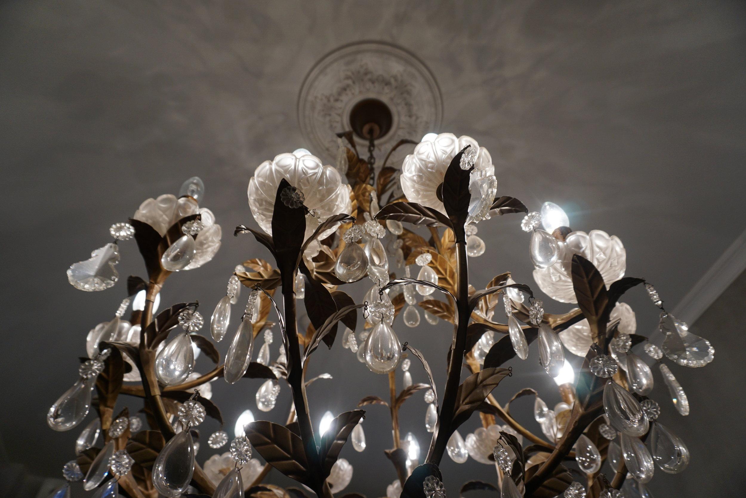 Sisustus on rakentunut Ranskasta tilatun kristallikruunun ympärille.  Kahvilassa tuoksuu itseleivottu pulla.  www.fleuriste.fi