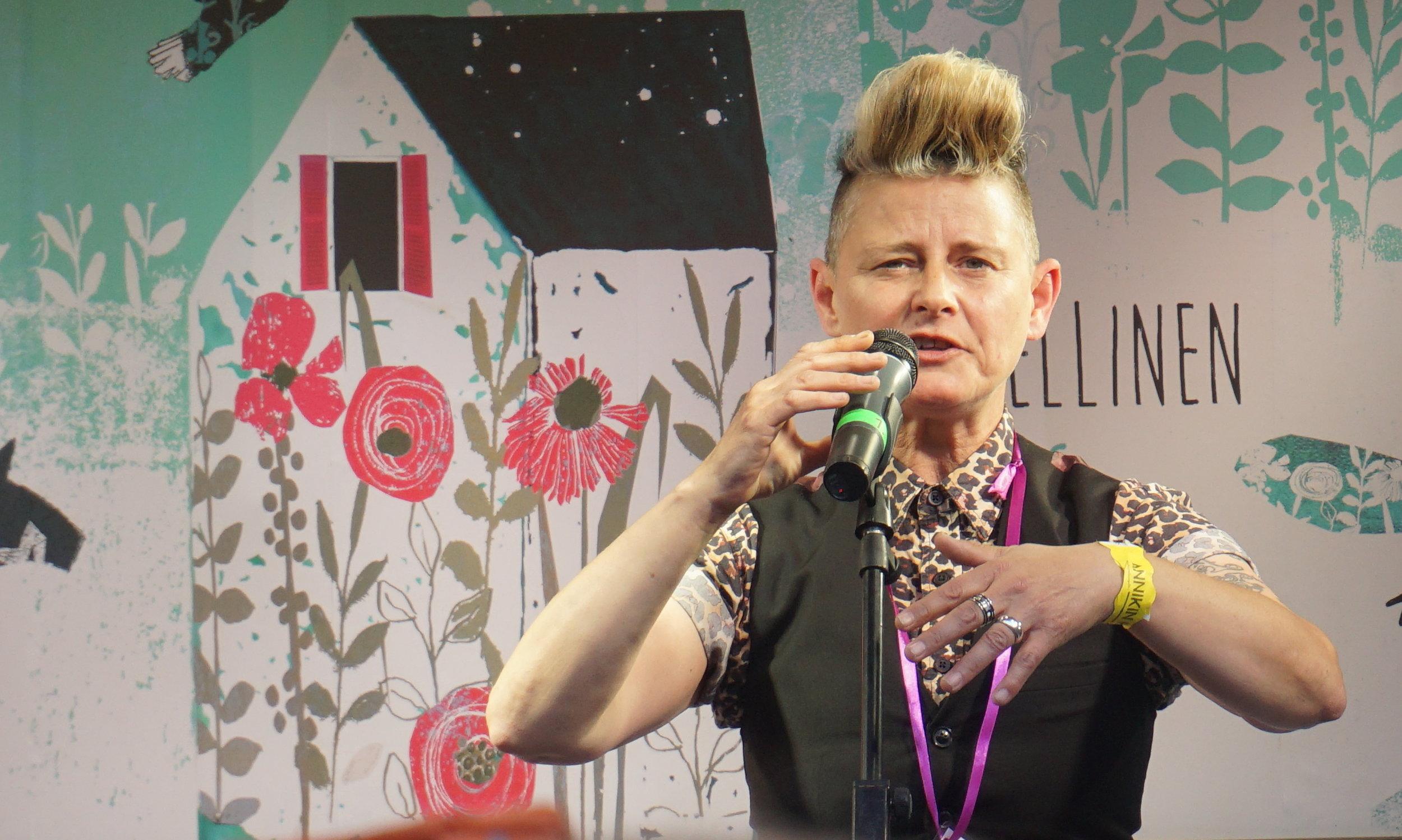 Todellin Spoken Word -taiteilija on brittiläinen Joelle Taylor, ääni ja sanat, joilla sitä ei ole. Osuvaa ja läpitunkevaa, sanoja täydentävää kehoilmaisua, aiemmin kokematonta.  #annikinrunofestivaali