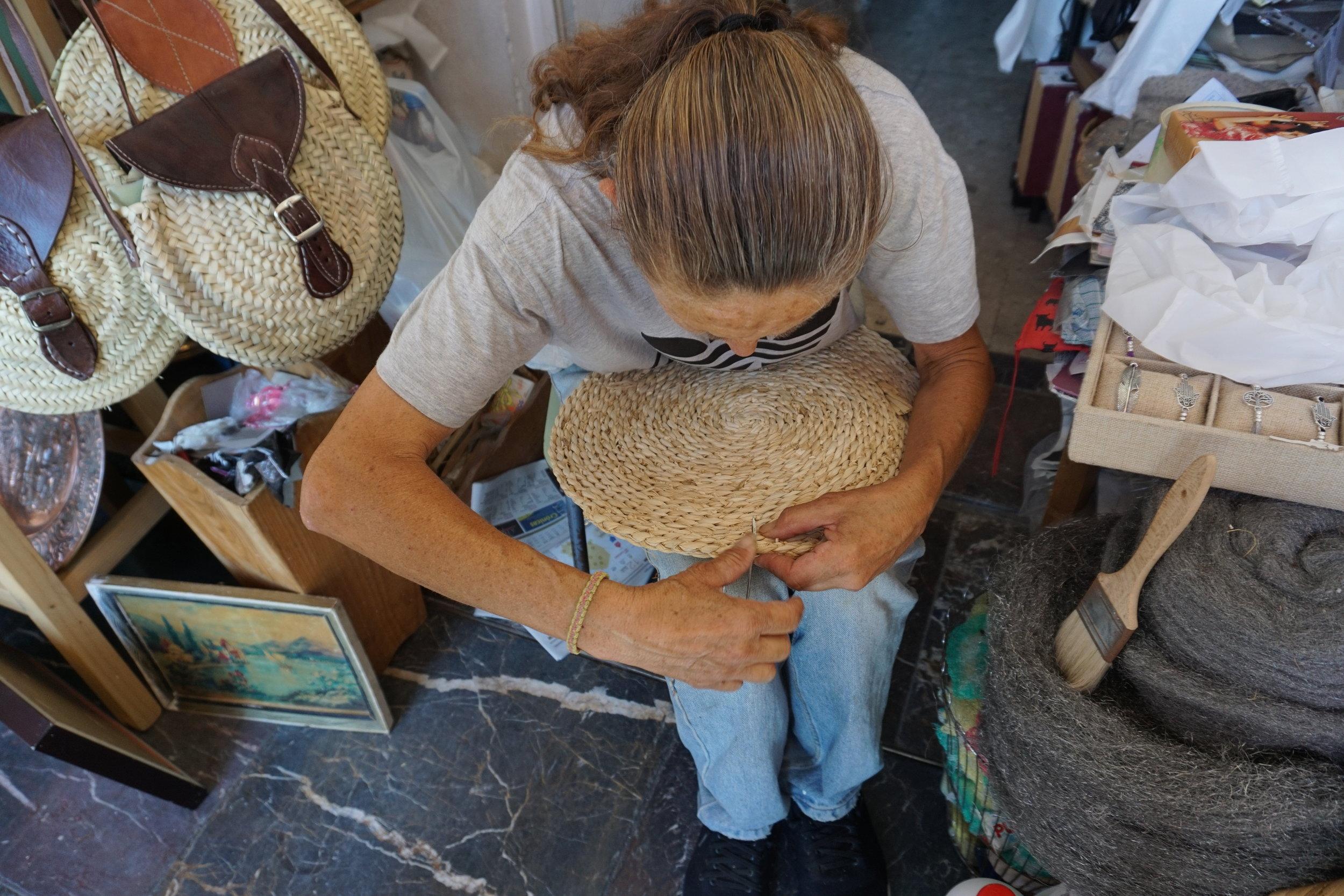 Erityisen ystävällinen myyjätär innostuu parsimaan ja viimeistelemään pöytätabletteja, jotka juuri päätän ostaa. Käsien liikekieli ja neulan käsittelytaito kertoo pitkäaikaisesta kokemuksesta. Plaza de la Corredera kokoaa yhteen aukion reunamille joukon vanhan tavaran myyjiä.