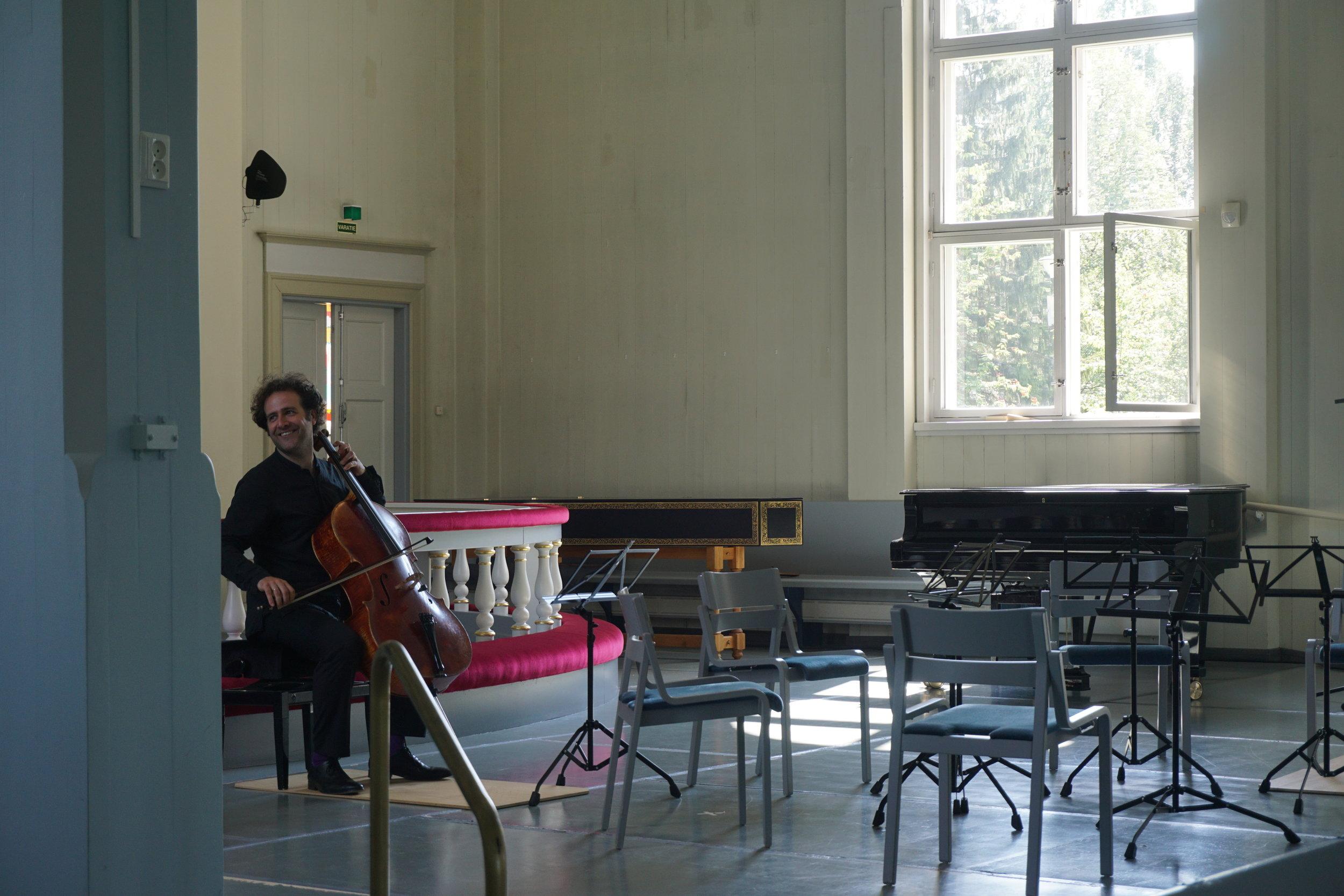 Sellisti Julian Arp harjoittelee tyhjentyneessä kirkkotilassa jo seuraavaa konserttia.
