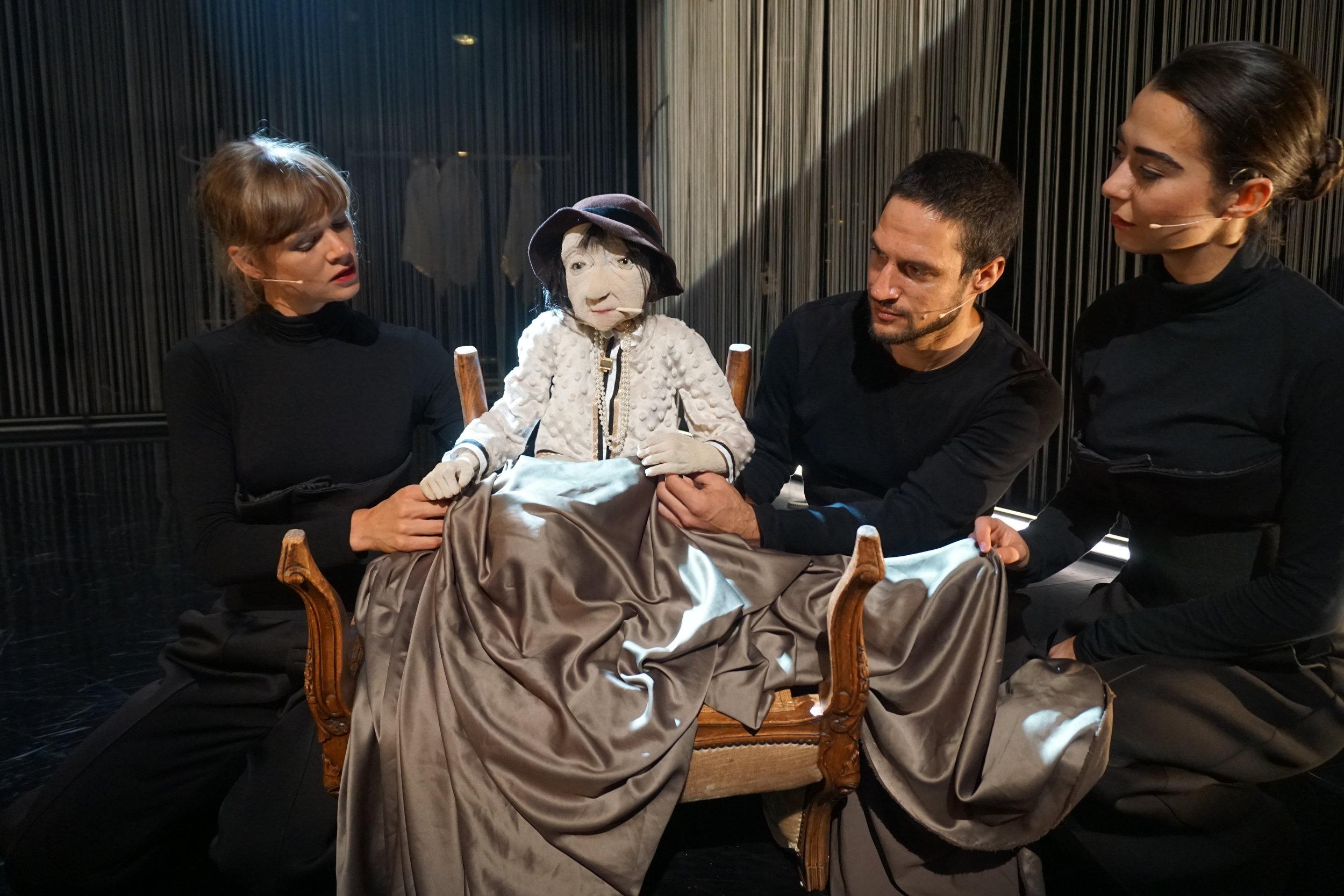 Esityksen jälkeen Marjolein Vogel, Coco Chanel, Ilija Surla ja Céline Mathieu asettautuvat kuvattavaksi. Espoon Louhisali, 29.8.2018 klo 14.