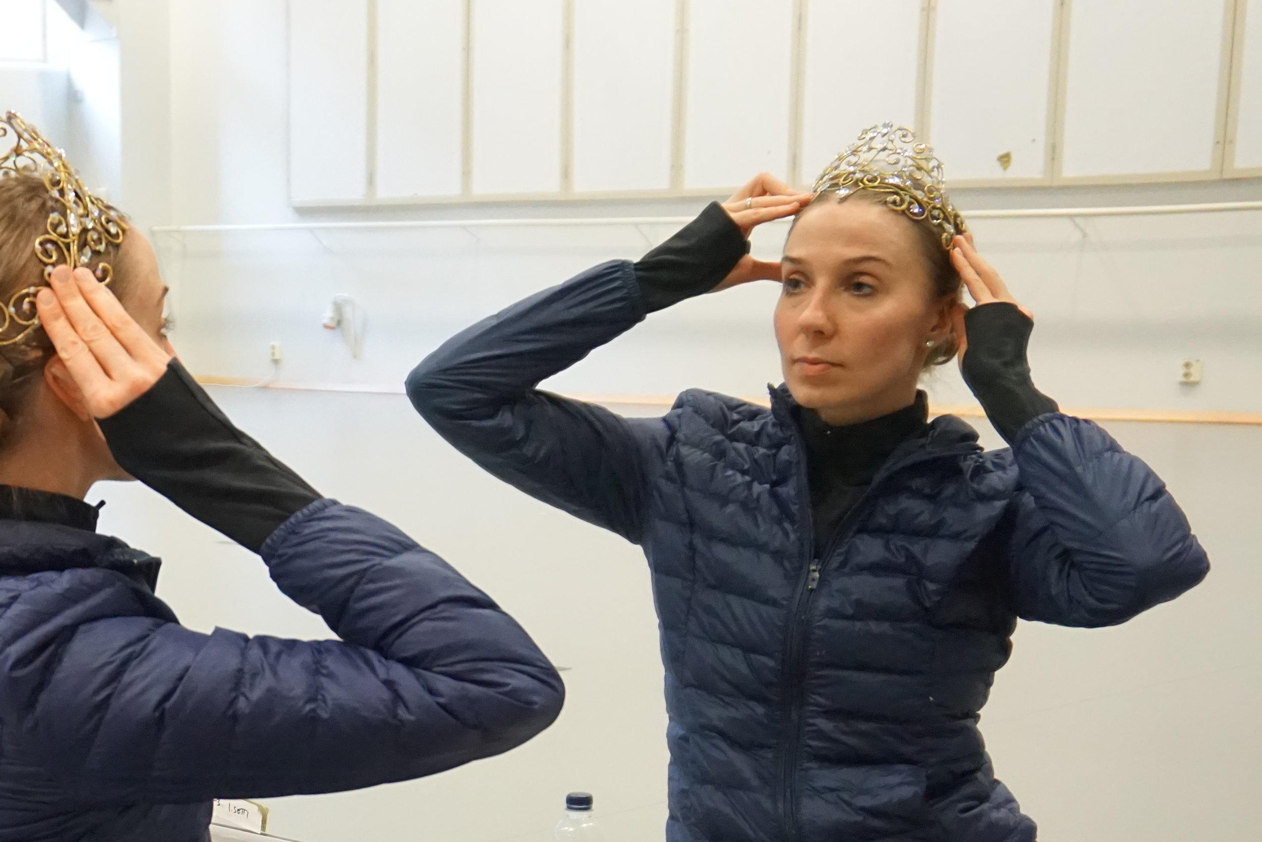 Suomen Kansallisbaletin tähtitanssija Tiina Myllymäki valmistautuu Prinsessa Ruusunen -esitykseen 3.3.2019