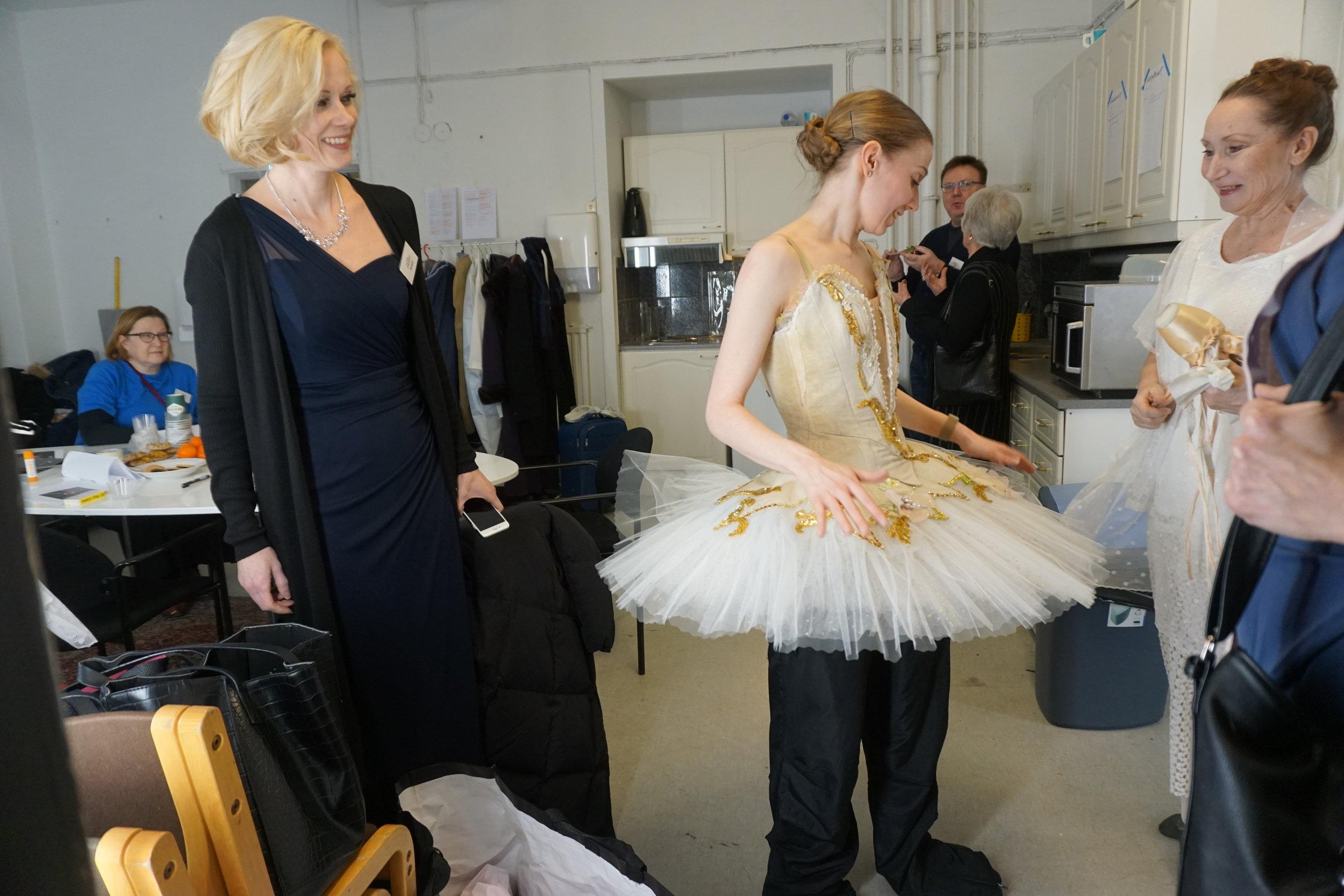 Pro Dance -yhdistyksen puheenjohtaja Maija Nikkonen-Hilli känny kädessään Aleksanterinteatterin takahuoneessa.
