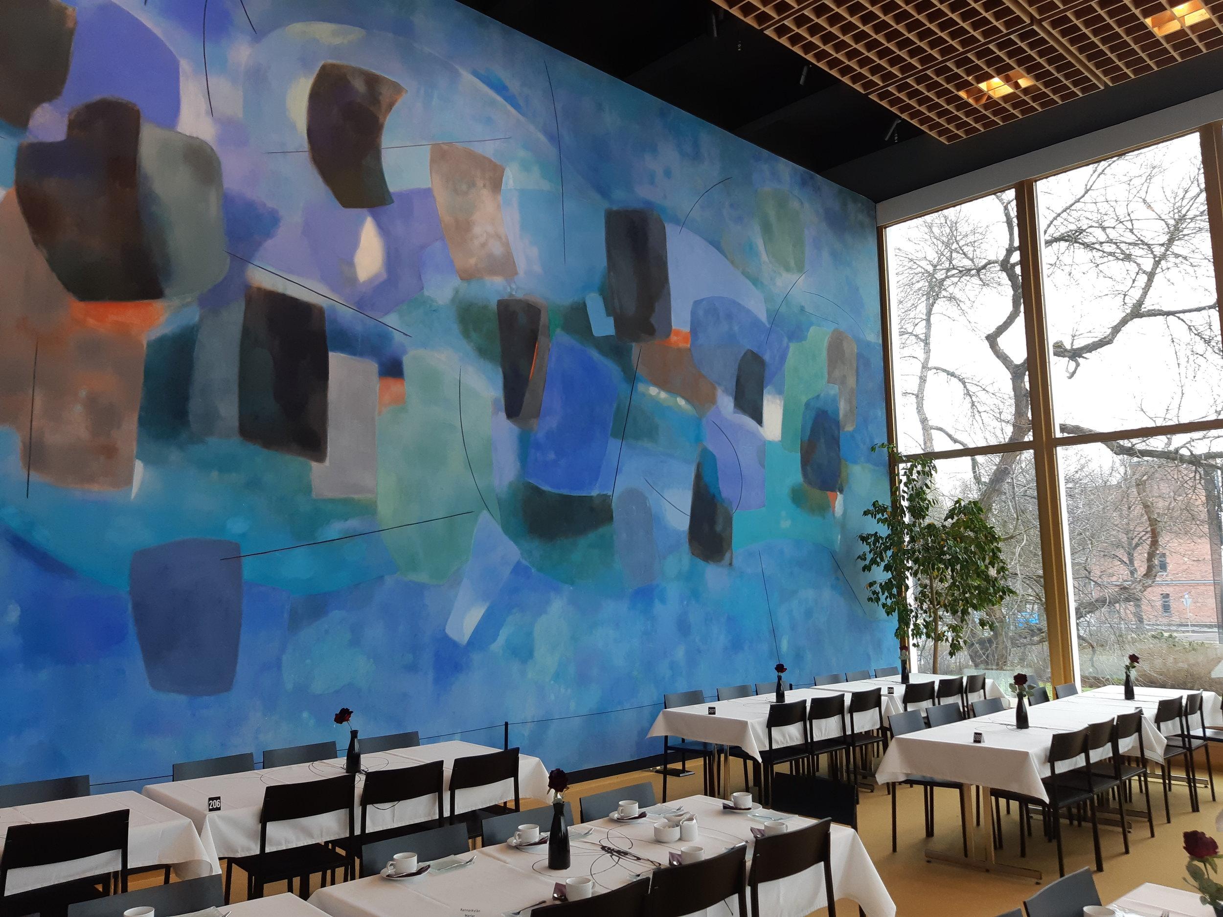 Taidegraafikko ja taidemaalari  Lauri Ahlgrénin  secco, kuivalle kalkkilaastipinnalle tehty seinämaalaus koristaa Kuopion kaupunginteatterin ravintolaa.  Yhtäaikaisia tapahtumia sinisessä tasossa  on vuodelta 1963.
