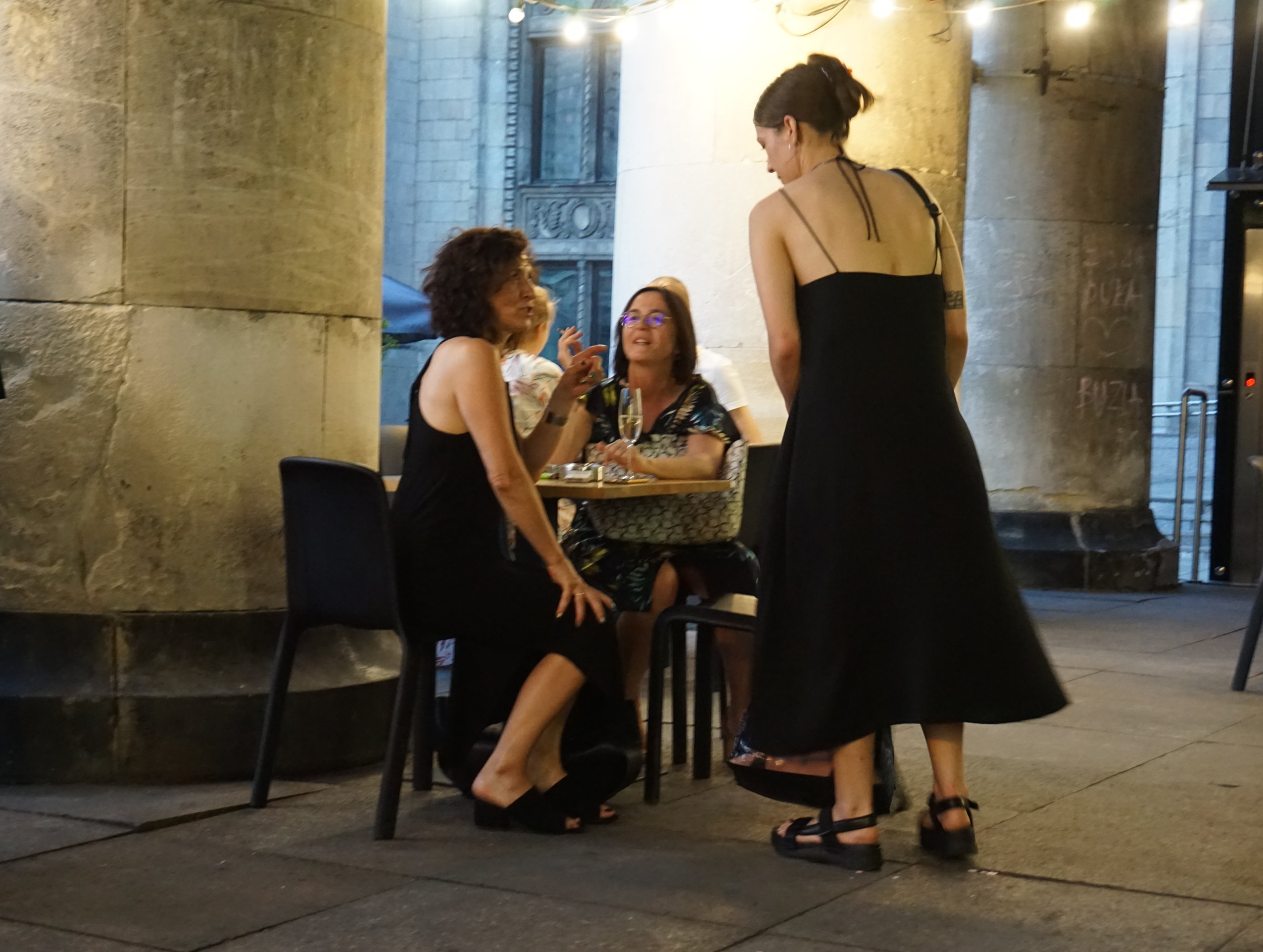 Dance Consert -teoksen tanssija tervehtii tuttaviaan kulttuuripalatsin terassilla.