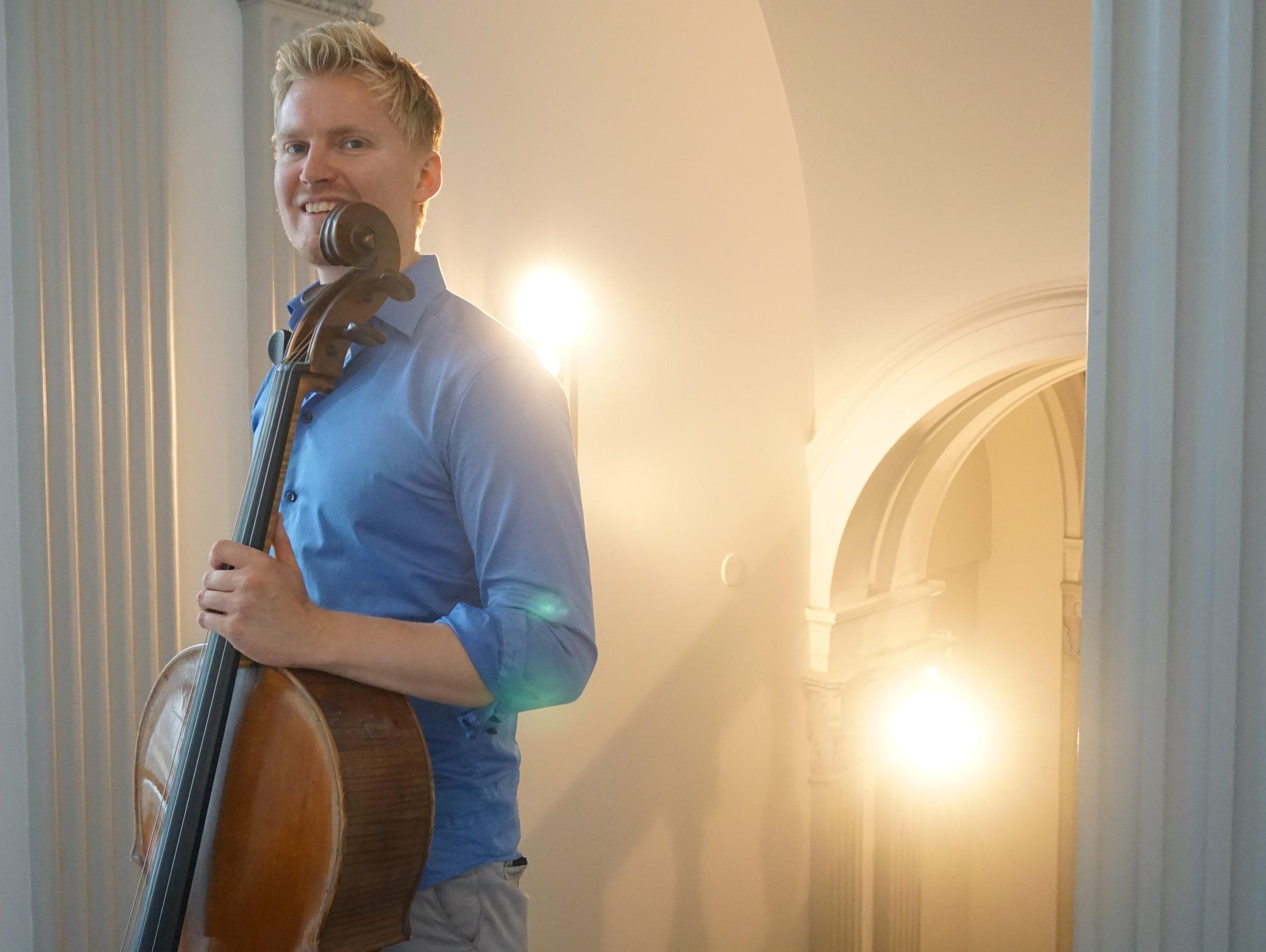 Helsinki Chamber Music Festivalin taiteellinen johtaja Jaani Helander valmistautuu avajaispäivän iltakonserttiin G 18 -salissa. 3.7.2020.