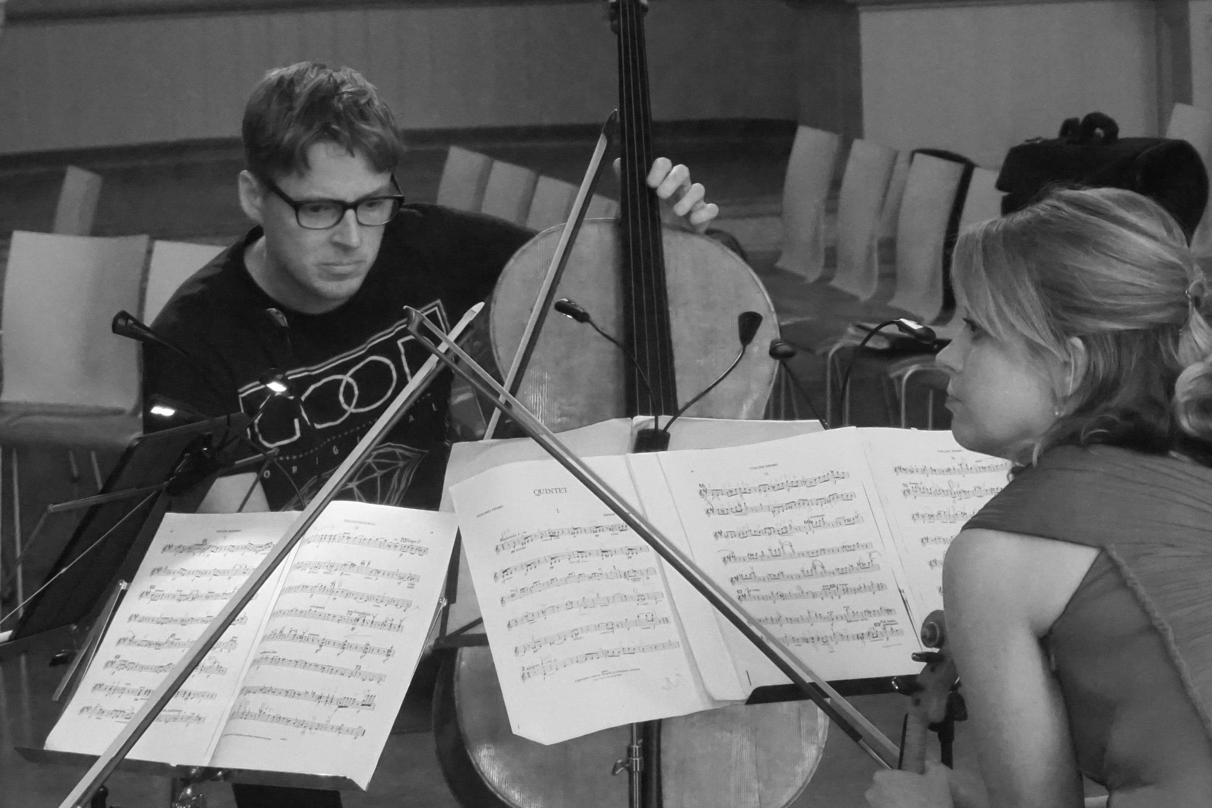 Sellisti Carl-Oscar Østerlund ja viulisti Anna-Liisa Bezrodny tarkentavat Elgarin pianokvintetto a-mollin soitantaa. Harjoitustilanne 3.7.2019.
