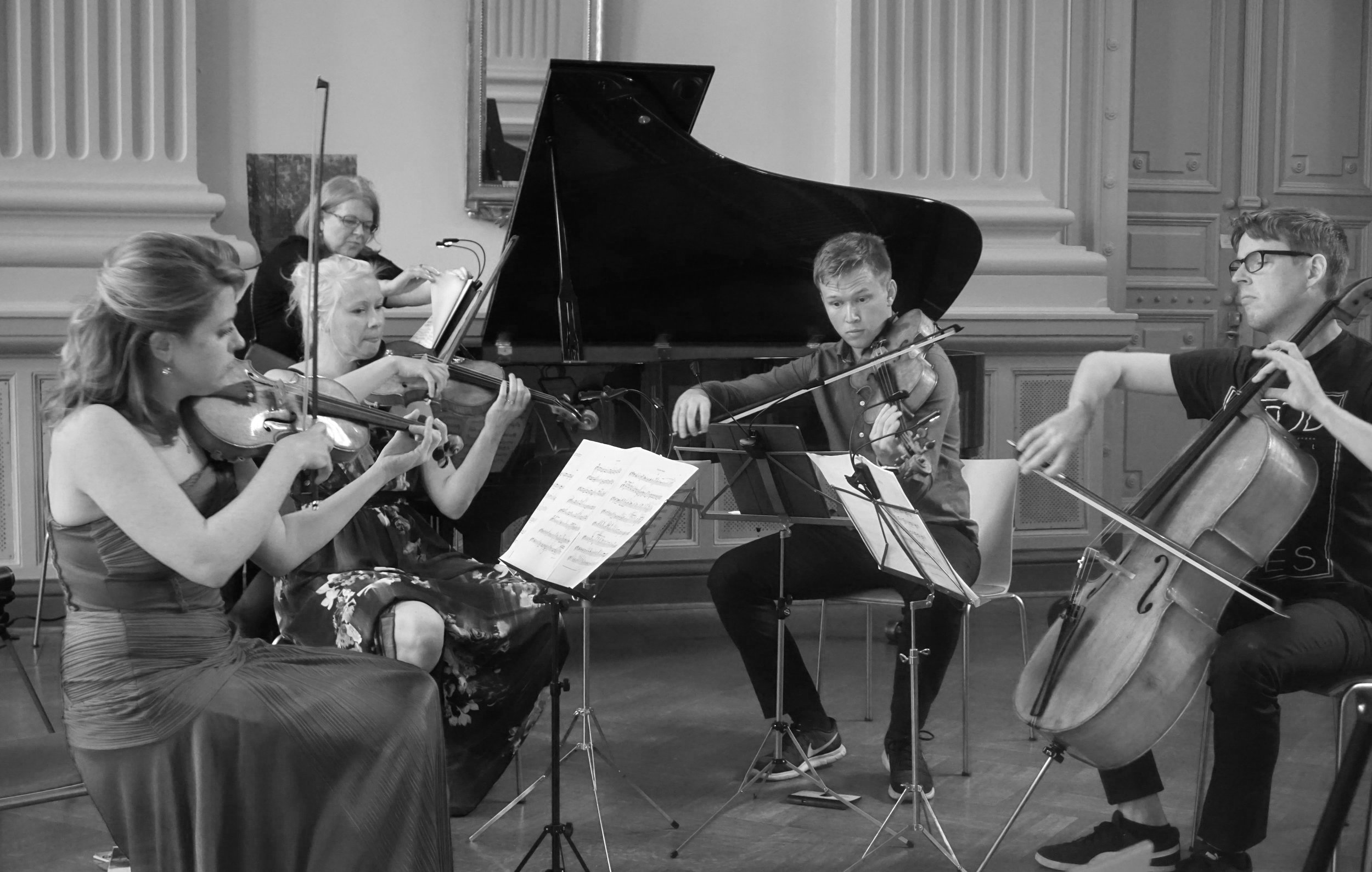 Anna-Liisa Bezrodny (viulu), Kreeta-Julia Heikkilä (viulu), Jakob Dingstad (alttoviulu), Carl-Oscar Østerlund (sello), Suzana Bartal (piano). Harjoitustilanne 3.7.2019.
