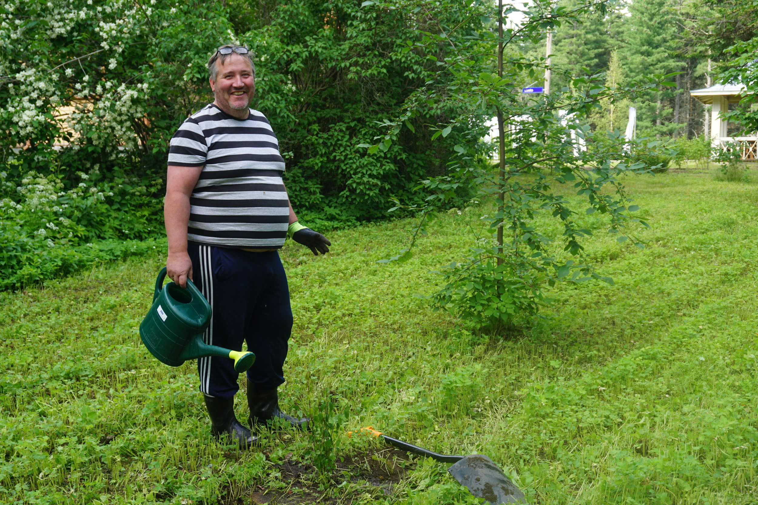 Hannu Huitti ennallistaa Aseman Taidelaiturin pihaa.