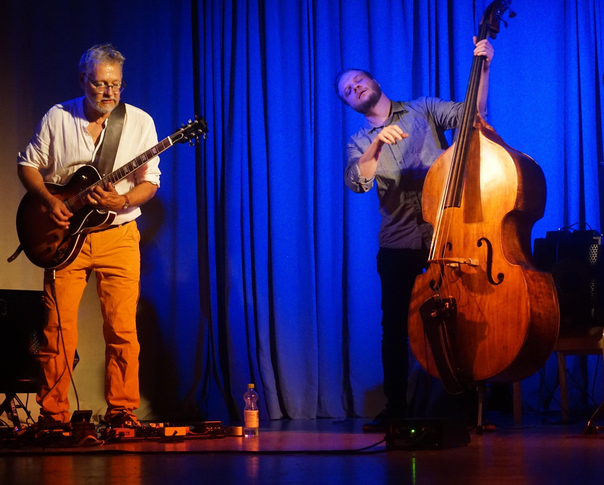 Trian-yhtyeen kitaristi Raoul Björkenheim ja basisti Jori Huhtala soiton imussa, Korpo Sea Jazz, Kommunalgården, 25.7.2019