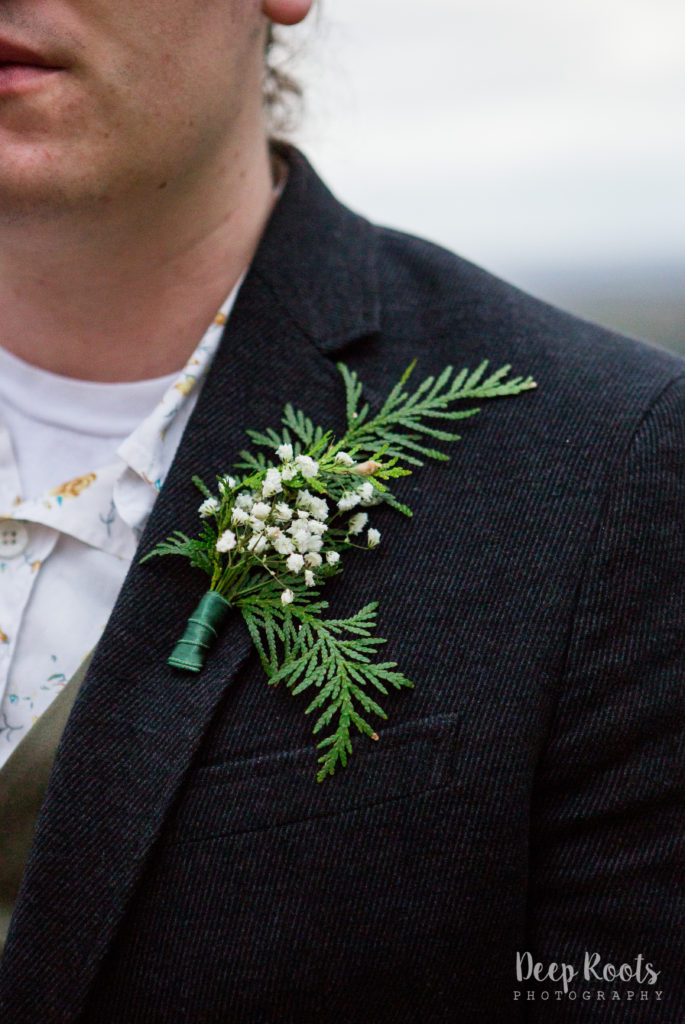 LOVED this simple boutonniere!