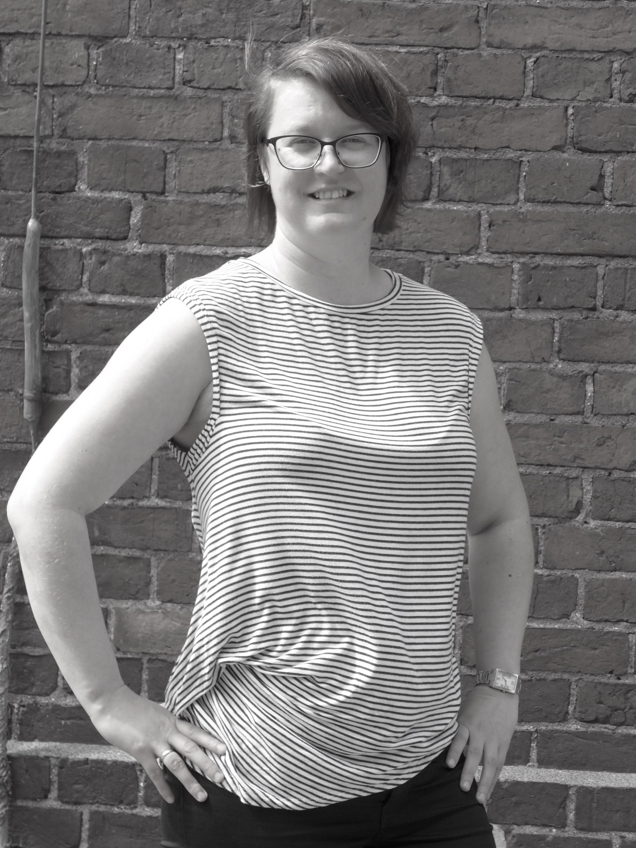 Jenni Koski - FM, MCM luova tuottaja, elokuvantekijä, kääntäjä ja kouluttaja. Jenni on toiminut elokuva-alalla sekä Suomessa että Australiassa kymmenen vuoden ajan. Freelance-työnsä ohella Jenni toimii projektipäällikkönä ja tuottajana yhteispohjoismaisessa WIFT Nordic -verkostossa sekä eurooppalaisessa Womarts-hankkeessa, jotka korostavat naispuolisten taiteilijoiden asemaa eurooppalaisessa kulttuurihistoriassa ja kulttuurisessa monimuotoisuudessa ja jotka sisältävät erilaisia taiteilijoiden näkyvyyttä ja heidän taiteensa levittämistä lisääviä toimenpiteitä, täydennyskoulutustoimintaa sekä monialaisten, luovan alan yrittäjyyttä ja työllistymistä lisäävien toimenpiteiden ja niitä tukevien tapahtumien järjestämistä. NÄKYVÄKSI-hanke on jatkumoa Jennin tekemälle aktiiviselle työlle sukupuolten tasa-arvon lisäämiseksi audiovisuaalisella alalla. Jenni on valmistunut media-alan ammatilliseksi opettajaksi ja kouluttajaksi Hämeen ammattikorkeakoulusta vuonna 2017.