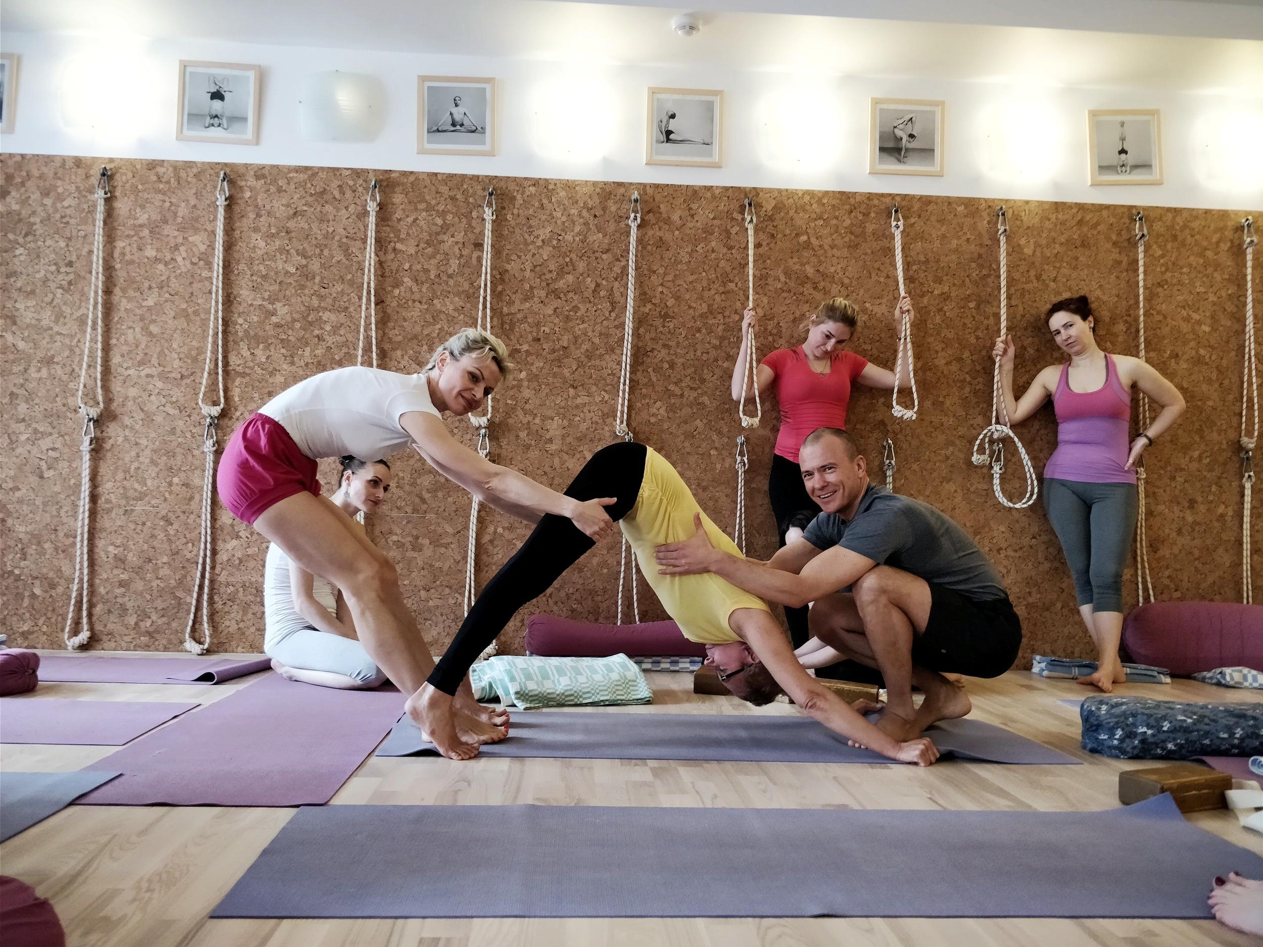 Наши клиенты практикуют йогу Айенгара в Yoga Practika Нижний Новгород всей семьей