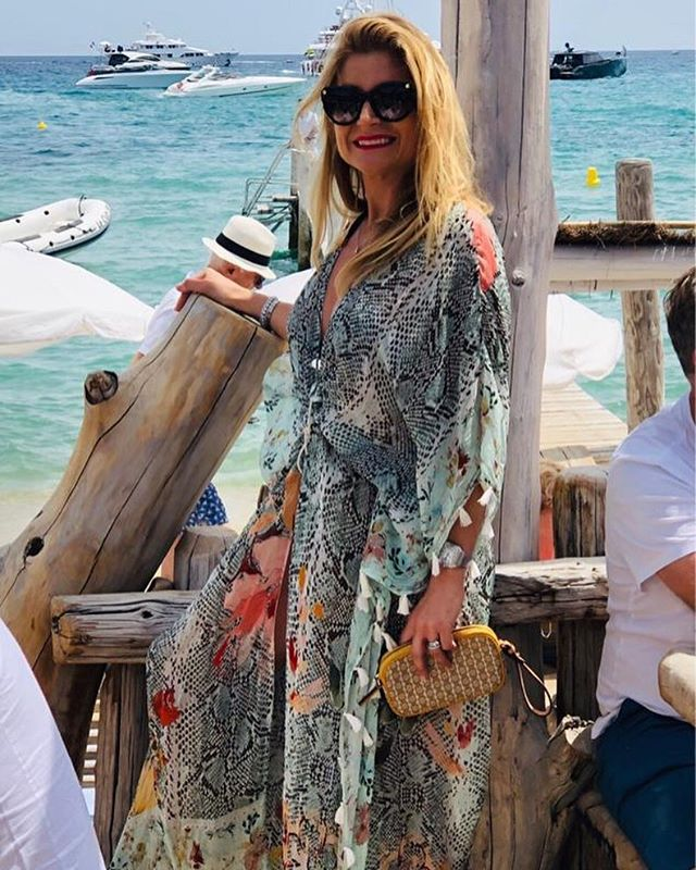 One of my favorites - spotted in #sttropez in her kimono! How gorgeous?? And this lady is wonderful inside and outside - she's been such a sweet and positive force in the short time I've know her! We love you @chiarakuttel 💋💋#whatshewore #walloffame #urbanhuntress