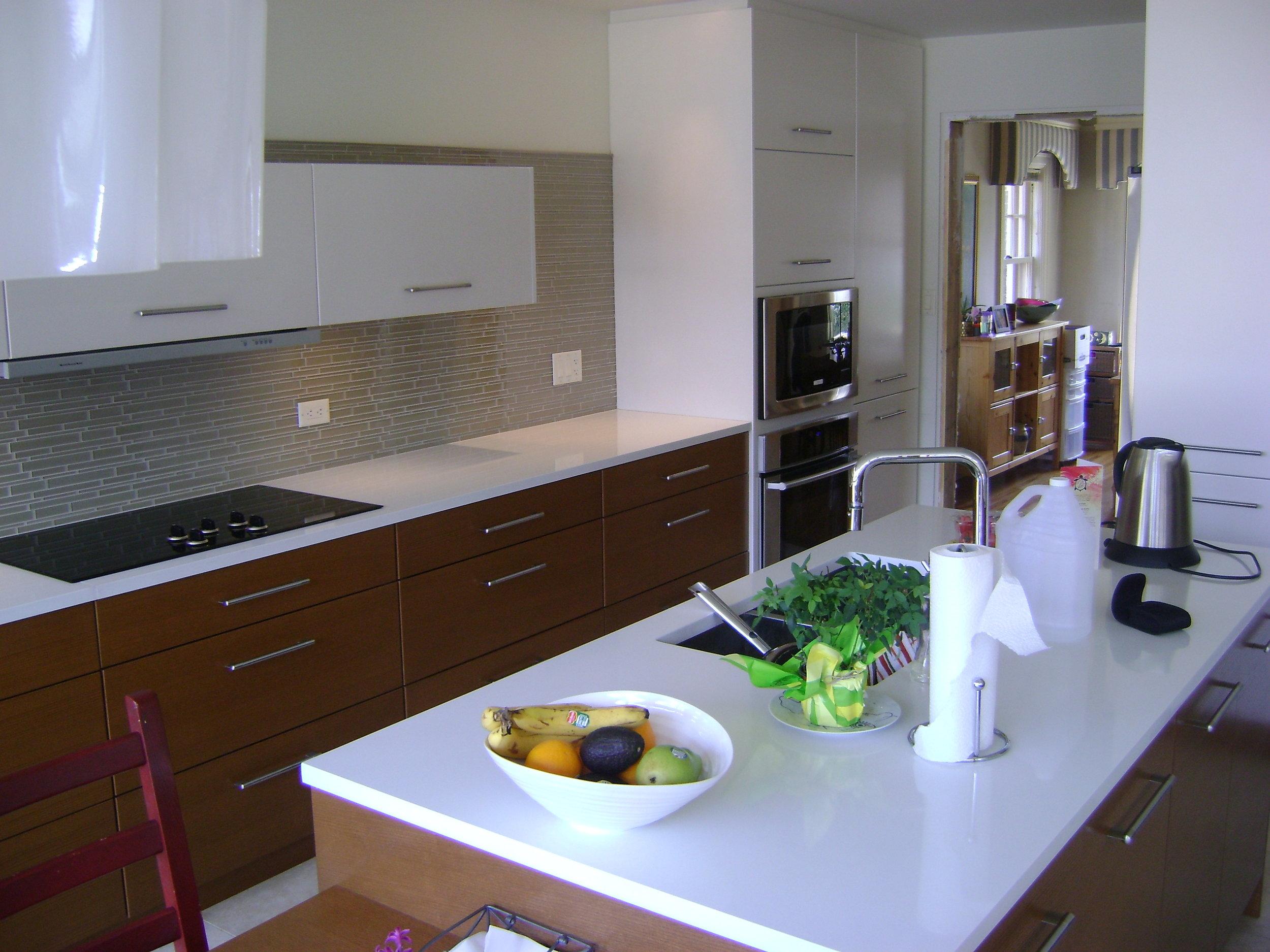 Kitchen modern quartz countertop glass backsplash.jpg
