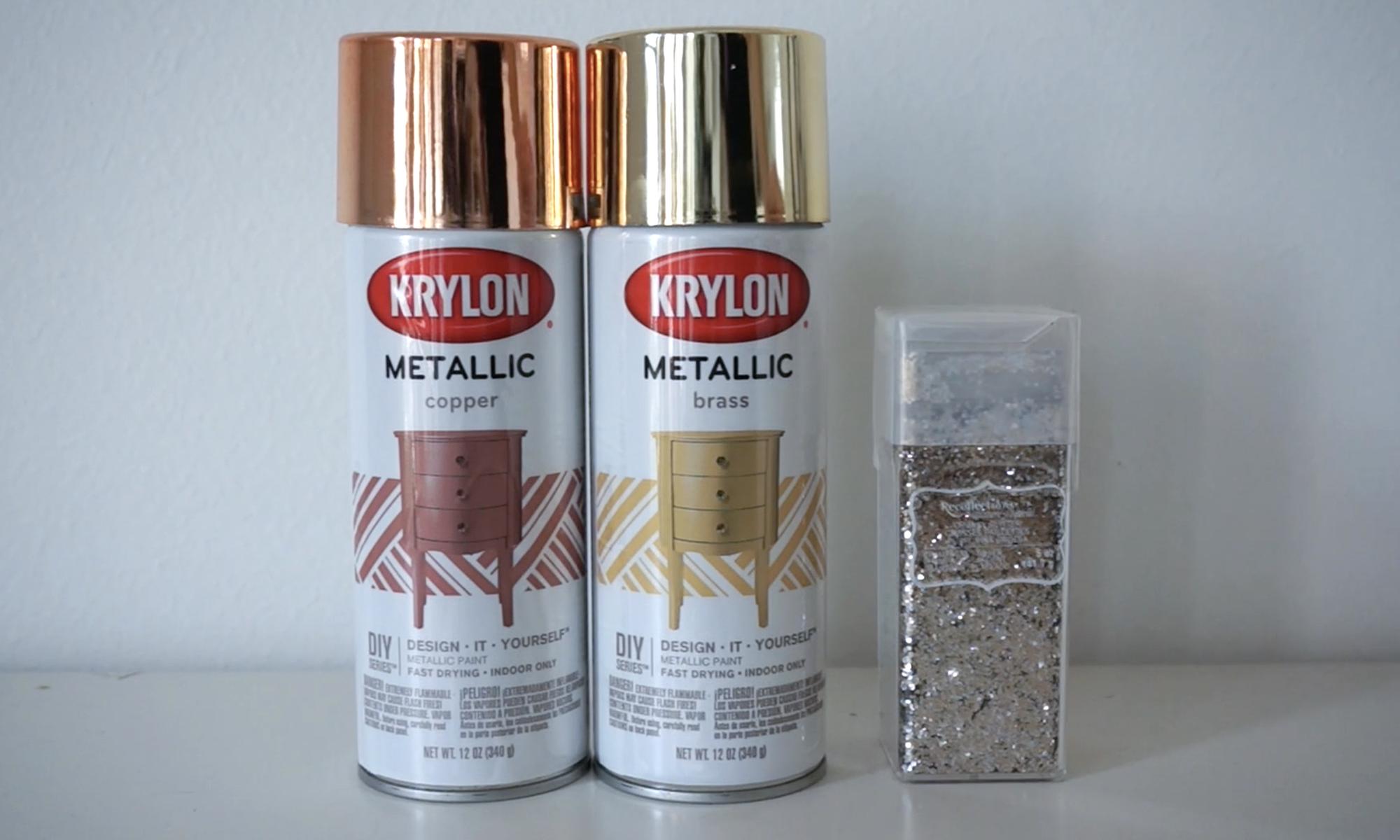 metallic spray paint  and  glitter  to finish the star up! /   pintura en aerosol metálica  y  brillantina  para terminar