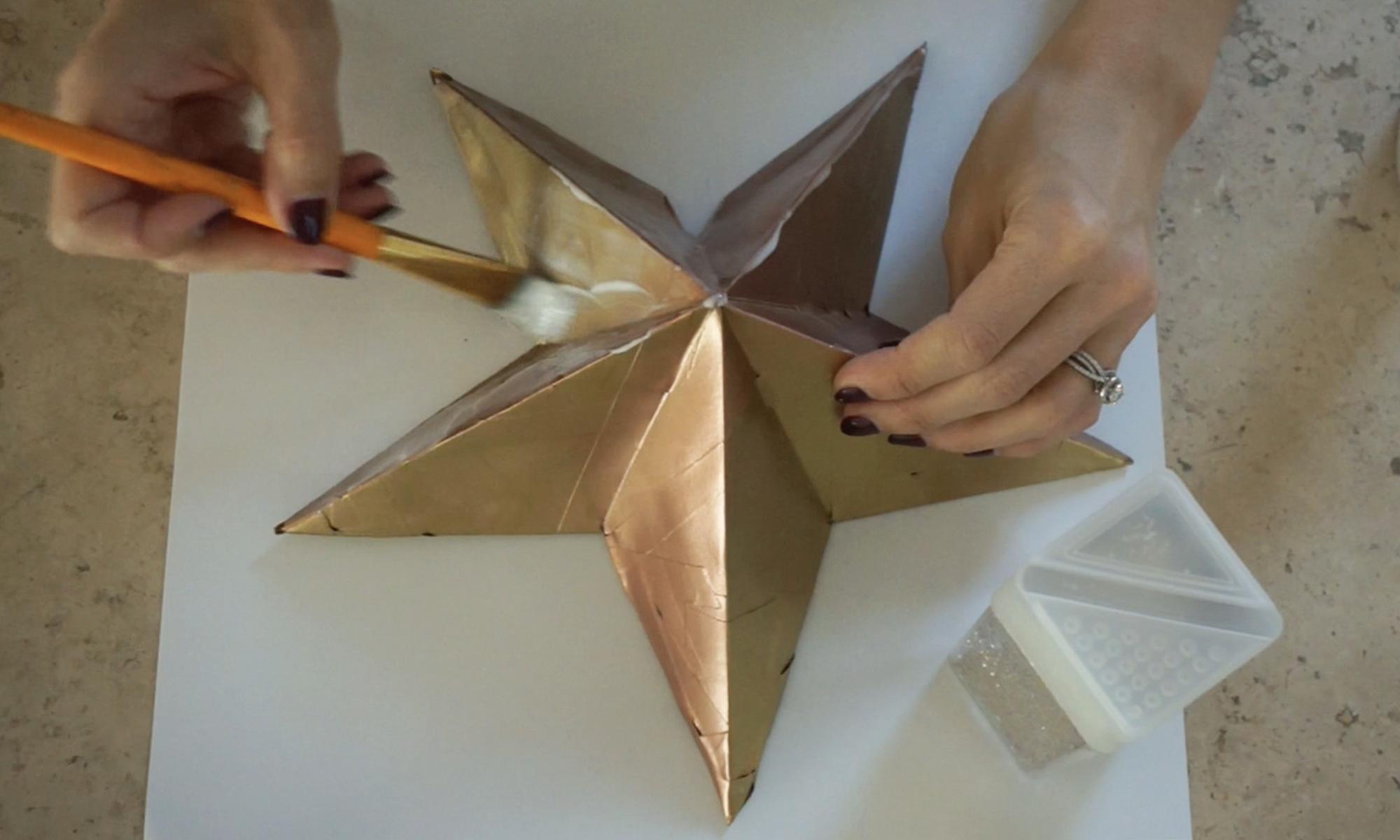 apply a thin layer of elmer's glue /  aplica una capa ligera de resistol con un pincel