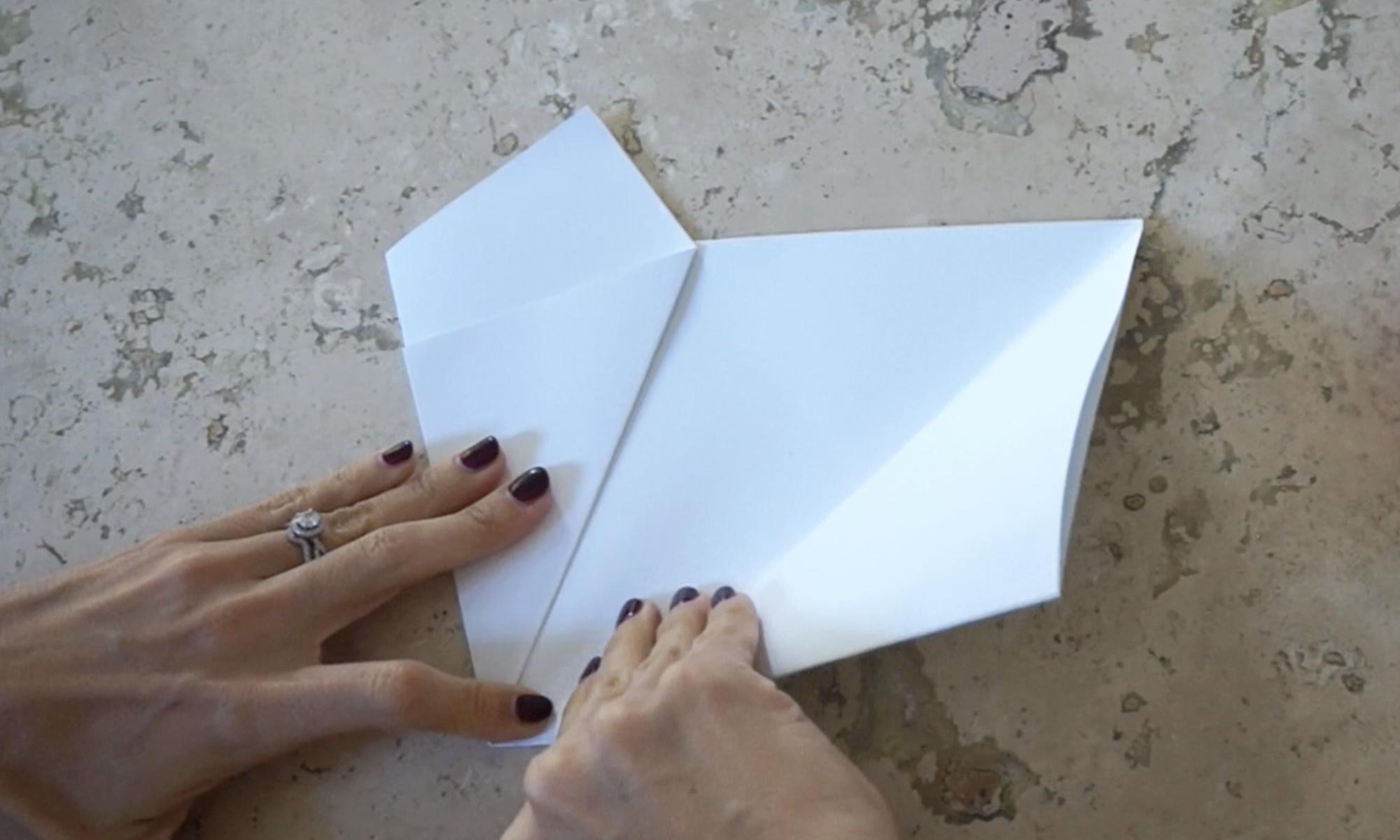 fold the right side over to meet in the middle /  dobla el lado derecho para encontrarse con el doblez del lado izquierdo
