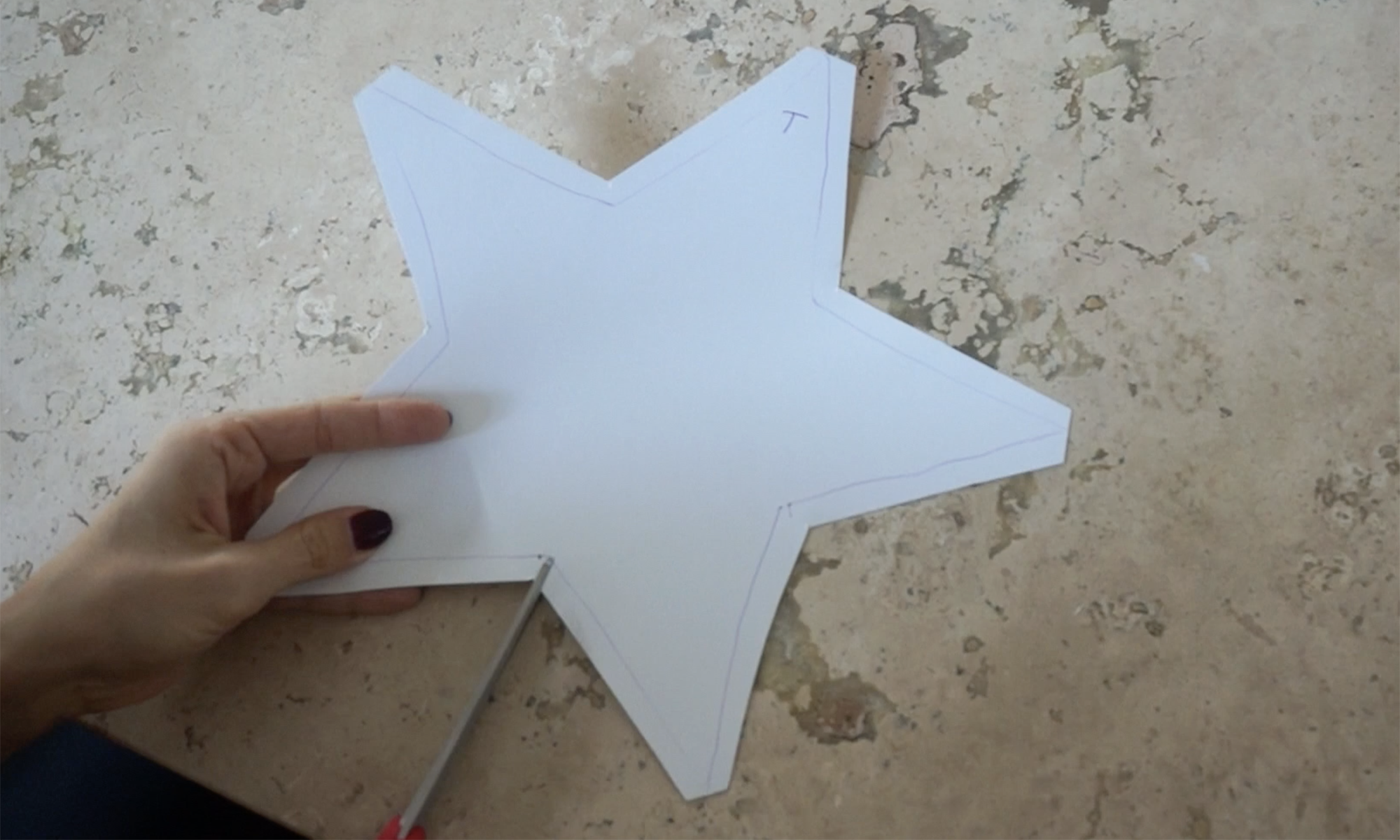 cut the star out with 1cm extra along the outside /  recorta la estrella con 1cm extra alrededor