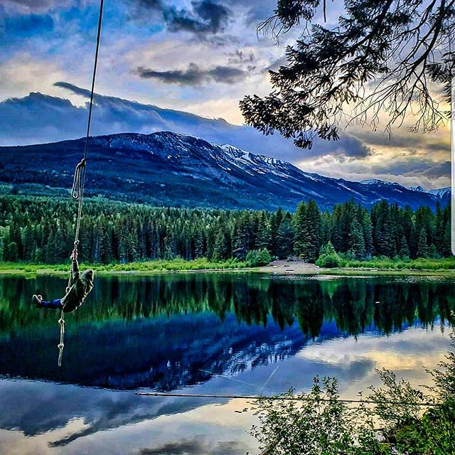 Summer done right!  #campmoosetrail  Photo @dchibbz . . . #goldenbc #goldenrules #camping #summer #campvibes #glamping #glamp #explorecanada #canada #bc #yohonationalpark #banffnationalpark #banff #canmore #summergoals #ropeswing