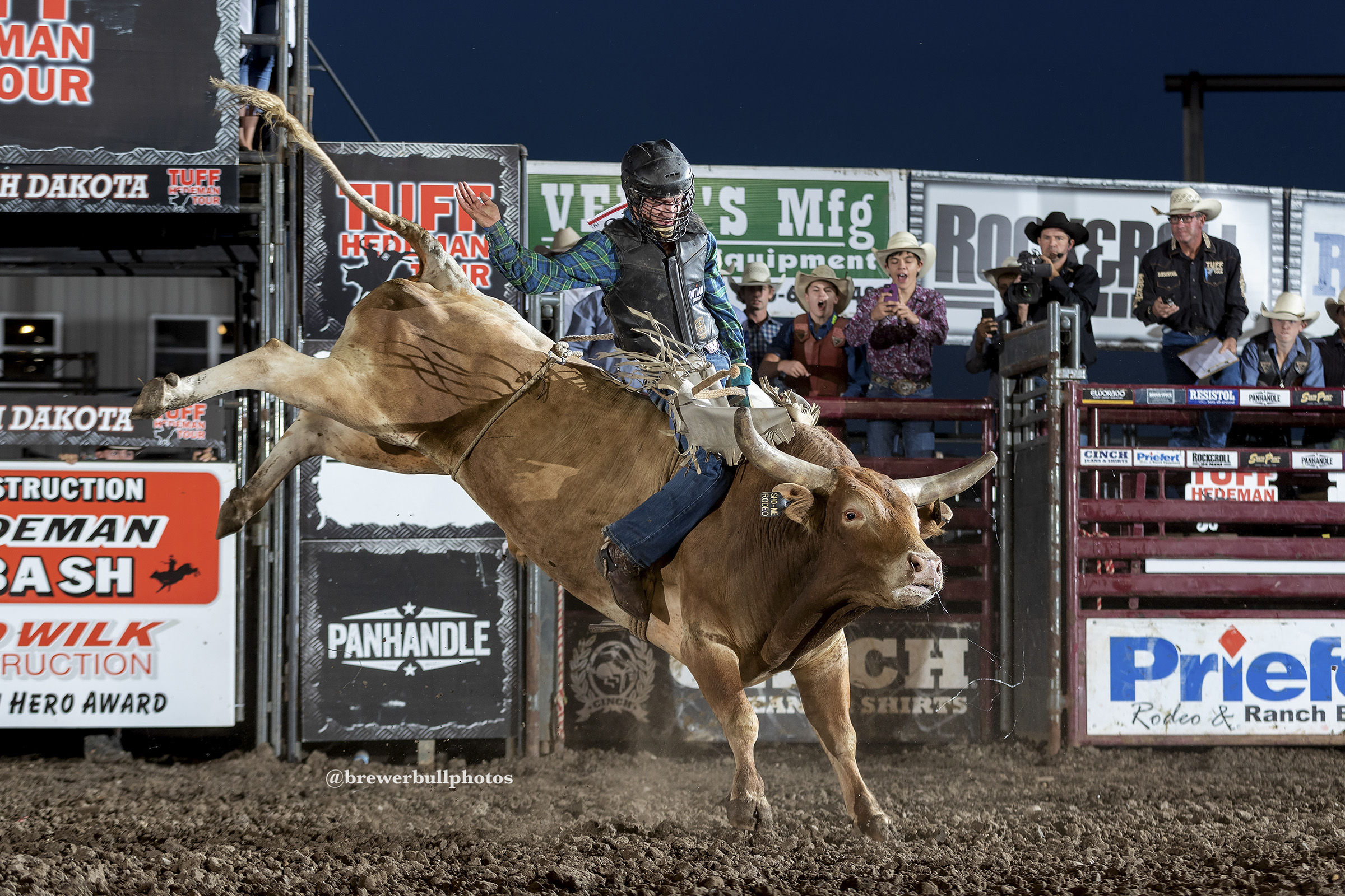 Caleb McCaslin splits round one with a 90 point ride on Sho Me Rodeo's Pok-N-Grit..