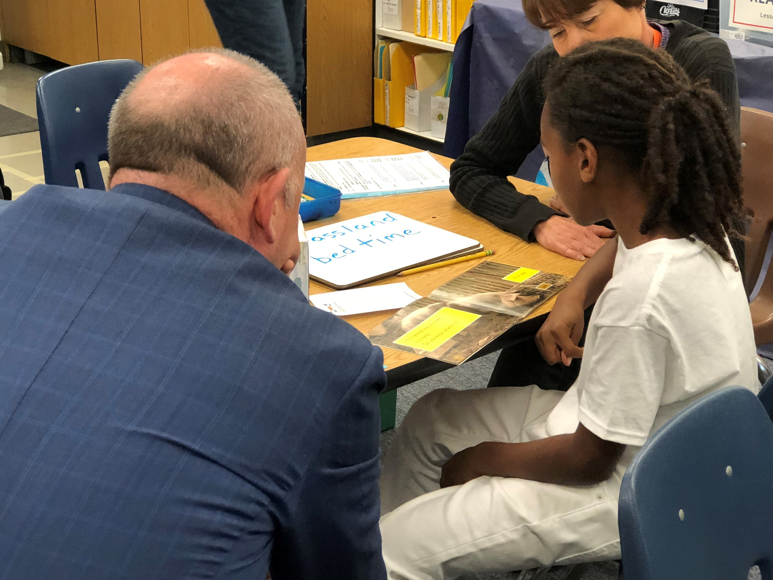 Mayor Darrell Steinberg visits with a third-grader at Parkway Elementary