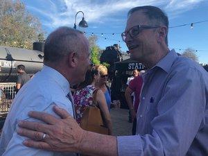 """Alcalde Steinberg con Richard Rich, el Gerente del proyecto de la ciudad de el """"Riverfront""""."""