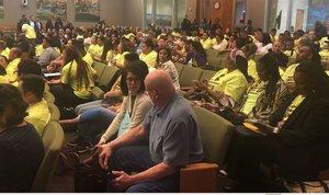 Los partidarios de usar el dinero de la medida U para desarrollo económico inclusivo empaquetan las cámaras del concejo municipal el martes 28 de mayo.
