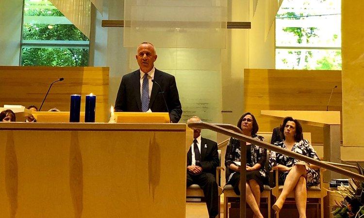 El alcalde Darrell Steinberg ofrece comentarios sobre el 20 aniversario del bombardeo de sinagogas judías en Sacramento.