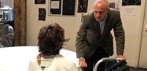 El alcalde Steinberg visita a un invitado en el refugio de triaje en Railroad Drive de la Cuidad.