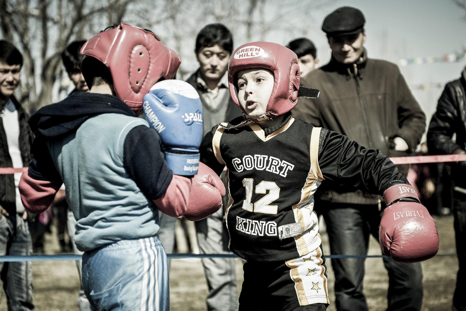 Chicos de Samarcanda practicando boxeo durante los festejos del Navruz, el año nuevo uzbeko y al mismo tiempo la llegada de la primavera. Foto © Ezequiel Scagnetti.