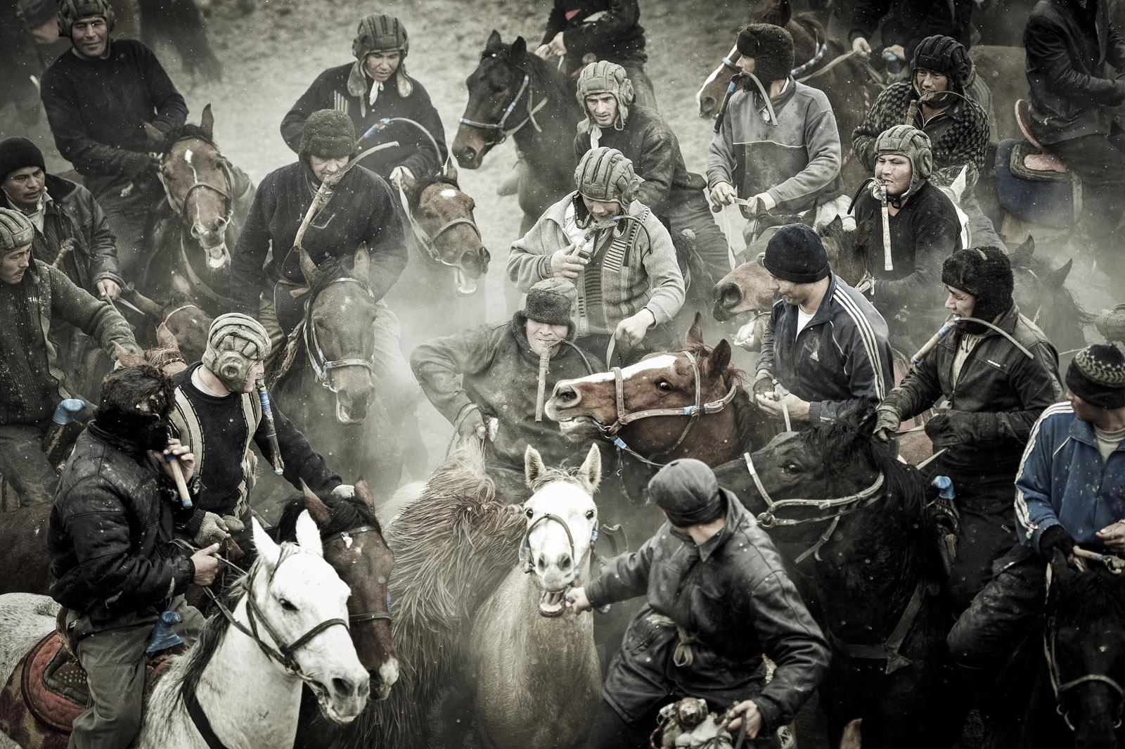 Jinetes durante una competencia de Buzkashi. Foto © Ezequiel Scagnetti.