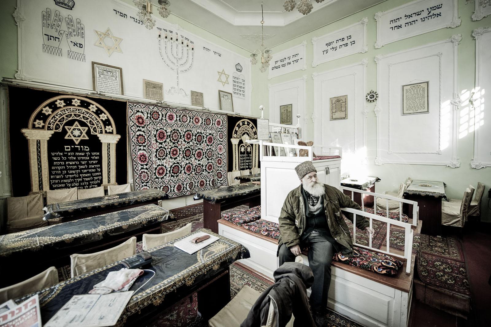 El rabino Araón Sianov en la Sinagoga de Bujará. La presencia de judíos en Bujará se remonta a la época del Ciro El Grande (559 a 529 a.C.) durante su conquista de Babilonia (Mesopotamia, Siria y Palestina), donde había ya comunidades judías. Estas comunidades se dispersaron por todo el Imperio Persa y llegaron a Bujará durante las conquistas de Ciro en Asia Central. La comunidad judía de Bujará se destacó en el comercio, siendo esta ciudad un importante cruce de la Ruta de la Seda. Formaron una poderosa comunidad que sólo declinaría con el descubrimiento de América y el desarrollo de la navegación marítima, factores que transformarían el comercio internacional de la época. A finales del siglo XIX y principios del XX, oleadas de judíos emigraron de Bujará a Palestina y a Estados Unidos, la primera en respuesta al proyecto sionista y la segunda por la opresión de los soviéticos. Hoy en día permanecen en Bujará apenas unos 300 judíos. Foto © Ezequiel Scagnetti.