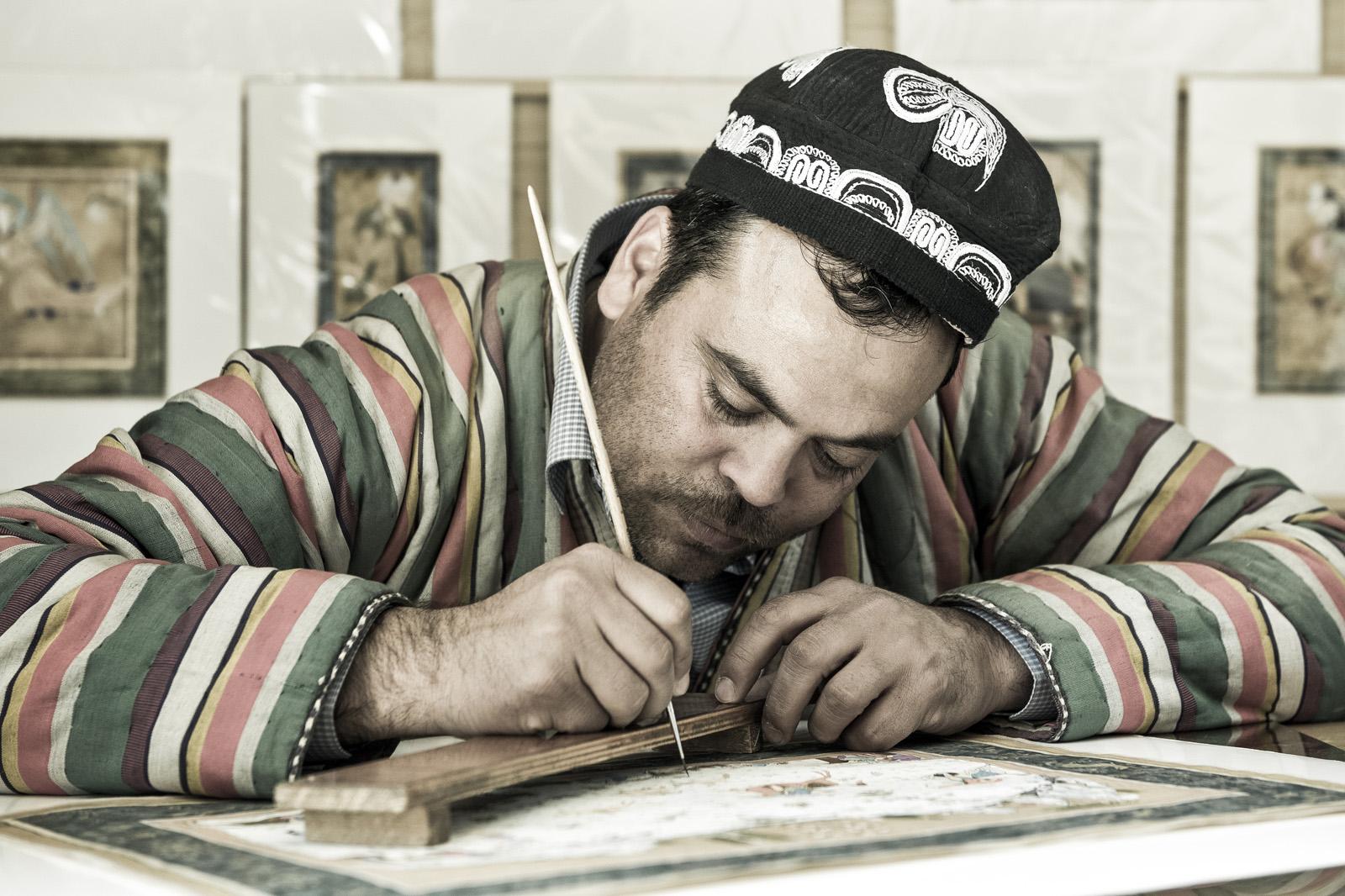 Calígrafo y miniaturista Davlat Toshev. Foto © Ezequiel Scagnetti.