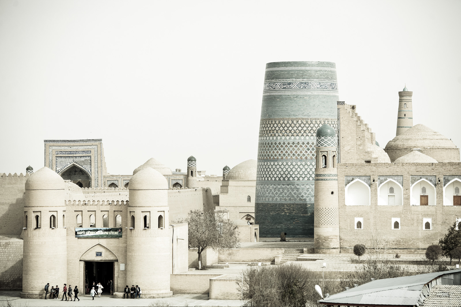 """Itchan Kala, Jiva, Uzbekistán. Viste del Kalta Minor o """"minarete corto"""". Ornamentado con mosaicos verdes y azules, este minarete inacabado de 26 metros tenía que medir 70 metros, para ser el más alto del mundo musulmán. El trabajo se detuvo cuando murió el Khan. Foto © Ezequiel Scagnetti."""