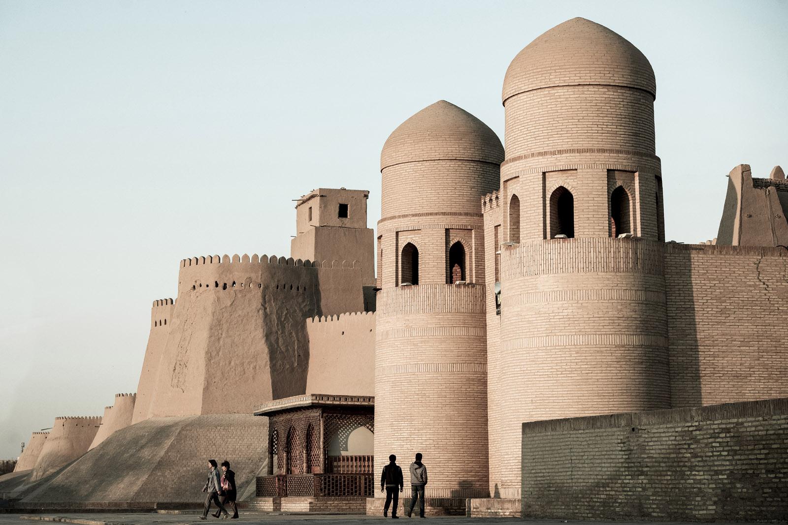 """Entrada principal de Jiva, Uzbekistan. Itchan Kala, antiguo, homogéneo y mejor conservado complejo urbano de Uzbekistán que fue declarado por la UNESCO """"Ciudad Museo"""" en 1967. Foto © Ezequiel Scagnetti."""