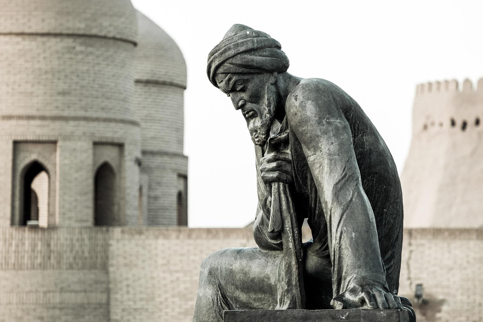 Estatua en honor a Al-Juarismi. Foto © Ezequiel Scagnetti.