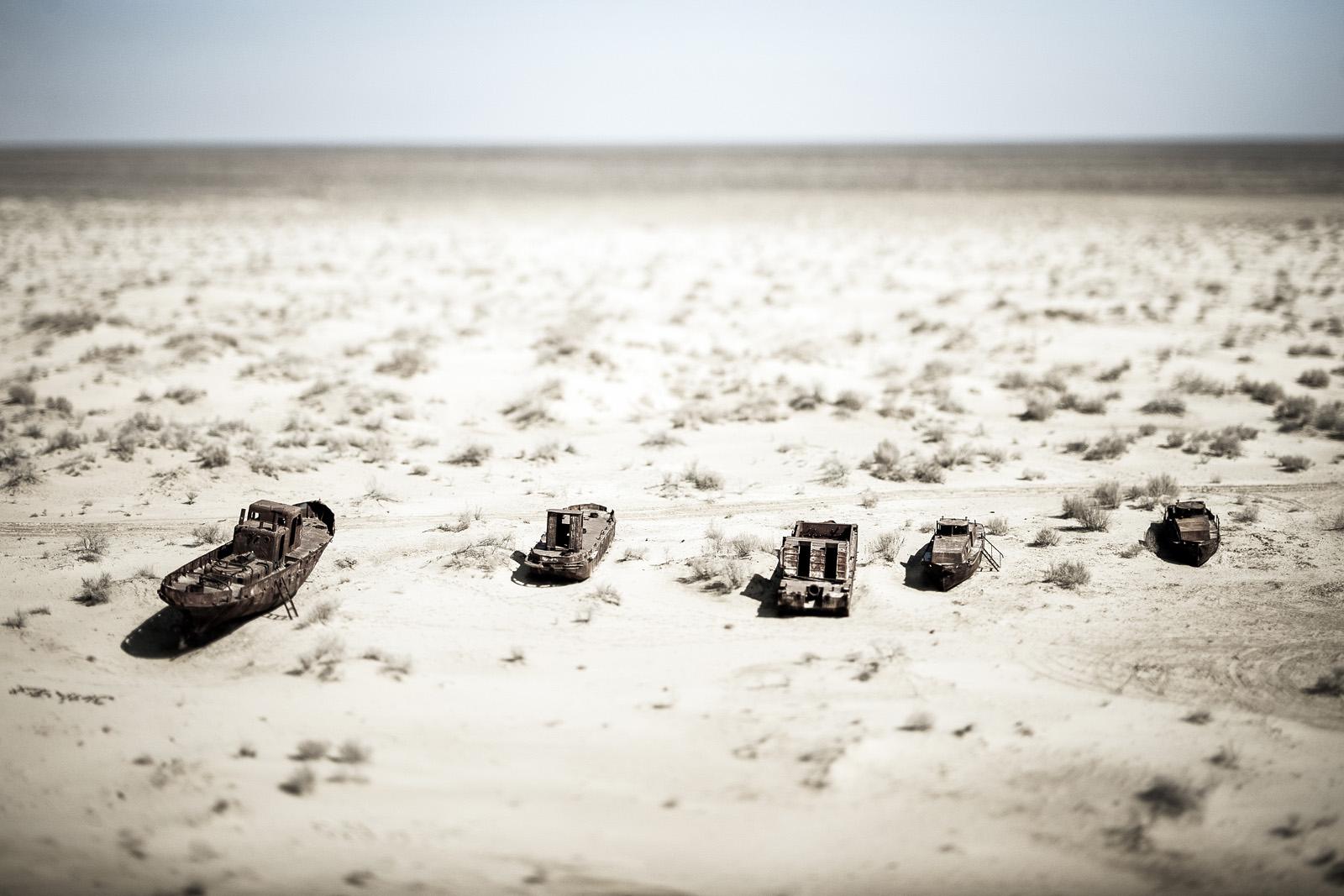 Cementerio de barcos en el Mar de Aral, Uzbekistán. Los pesticidas e insecticidas utilizados en las granjas algodoneras y transportados por los ríos y las lluvias hasta el mar, emergen gradualmente. Las partículas de estos elementos son sopladas por tormentas de arena causando enfermedades, deformidades fetales y cáncer en las poblaciones locales. En la actualidad, en la parte kazaja se han desarrollado numerosos proyectos apoyados por la UNESCO y el Banco Mundial, en los que se han observado progresos significativos: la construcción de un dique, el aumento del nivel del agua e incluso la reanudación de la pesca. Foto © Ezequiel Scagnetti.