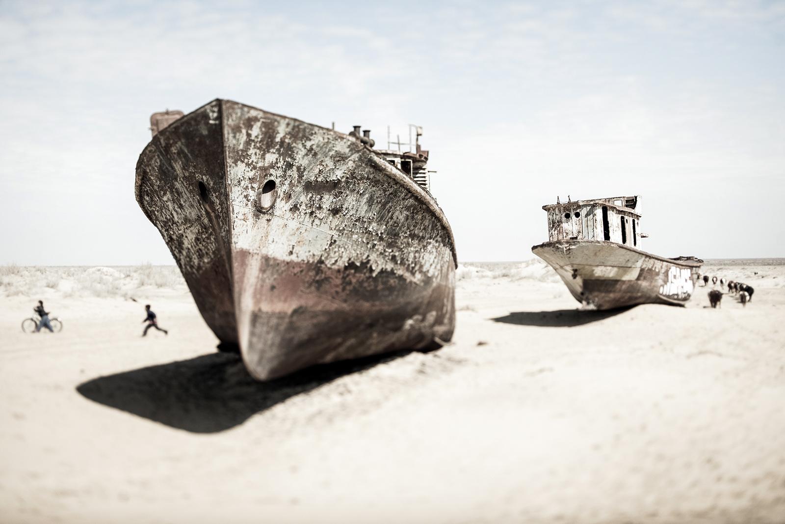 Cementerio de barcos en el Mar de Aral, Uzbekistán.