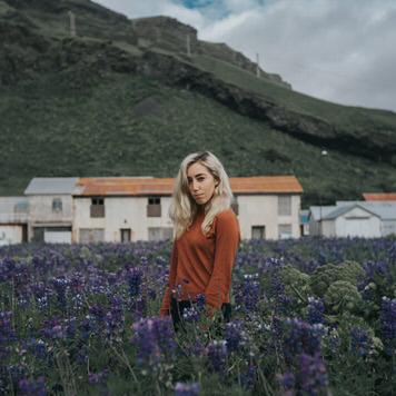 Flower field portrait of Sherese Elsey by photographer Jaclyn Le