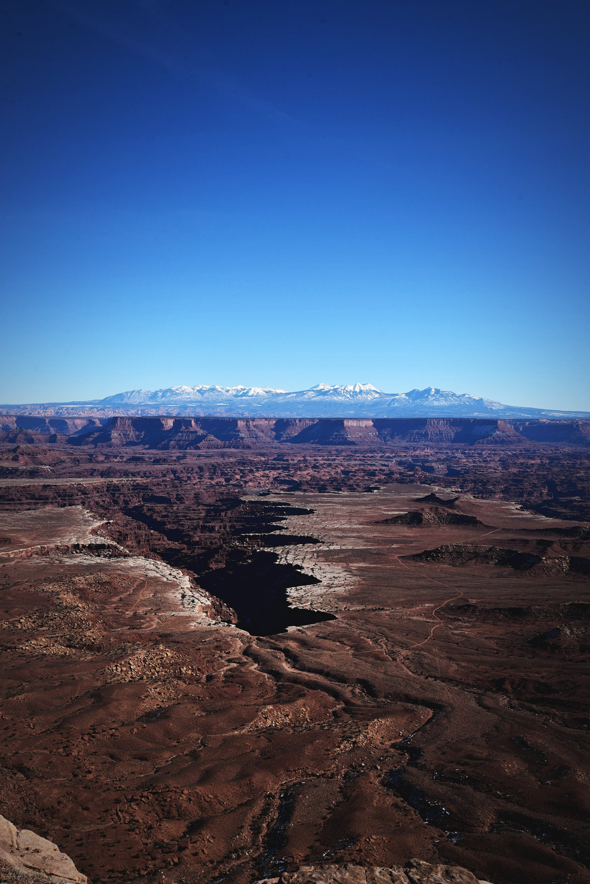 This photo shows the white rim of the canyons very clearly.