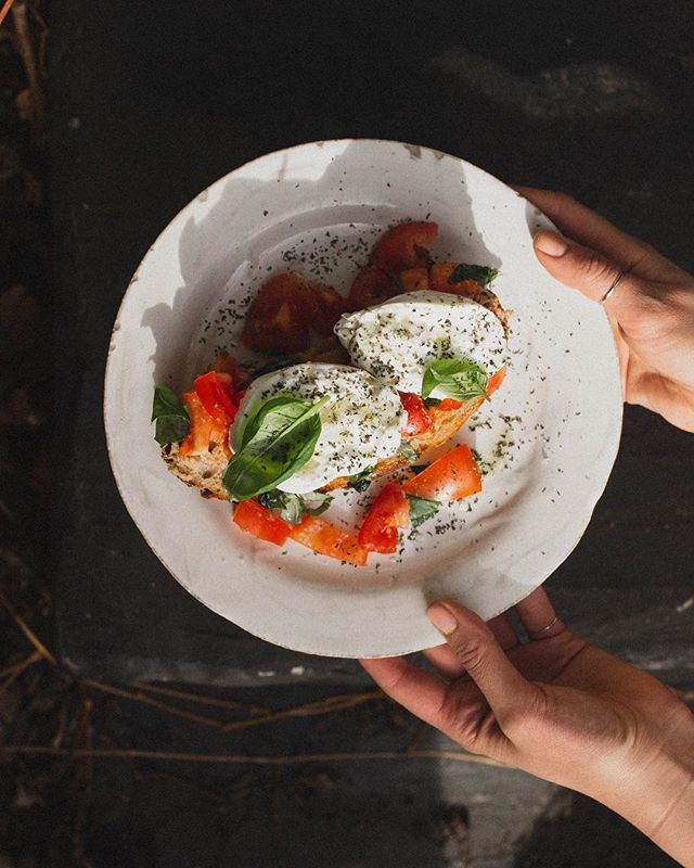 There's definitely a slice of sourdough under all these tomatoes and burrata… Definitely. Maybe. We're 80% sure. #cafepostres #eatmyporvoo #porvoo #borgå #visitporvoo #burrata