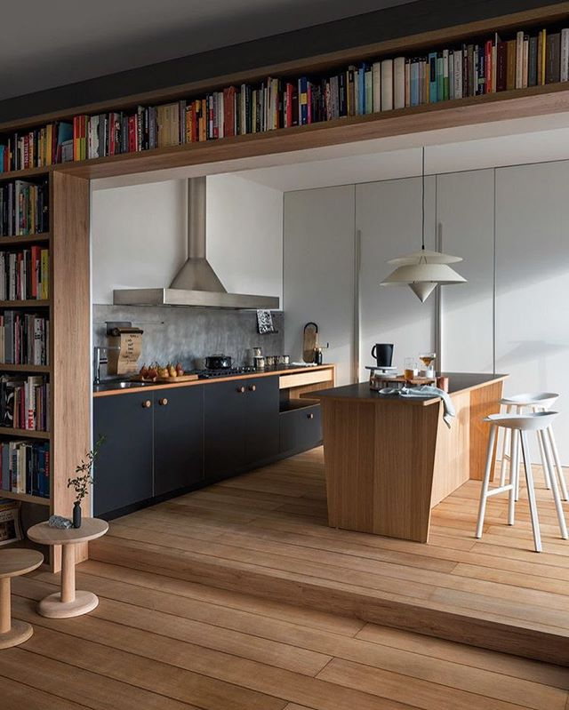 Just us admiring this wrap around library storage by Italian Kitchen designers @schiffini.cucine 🖤