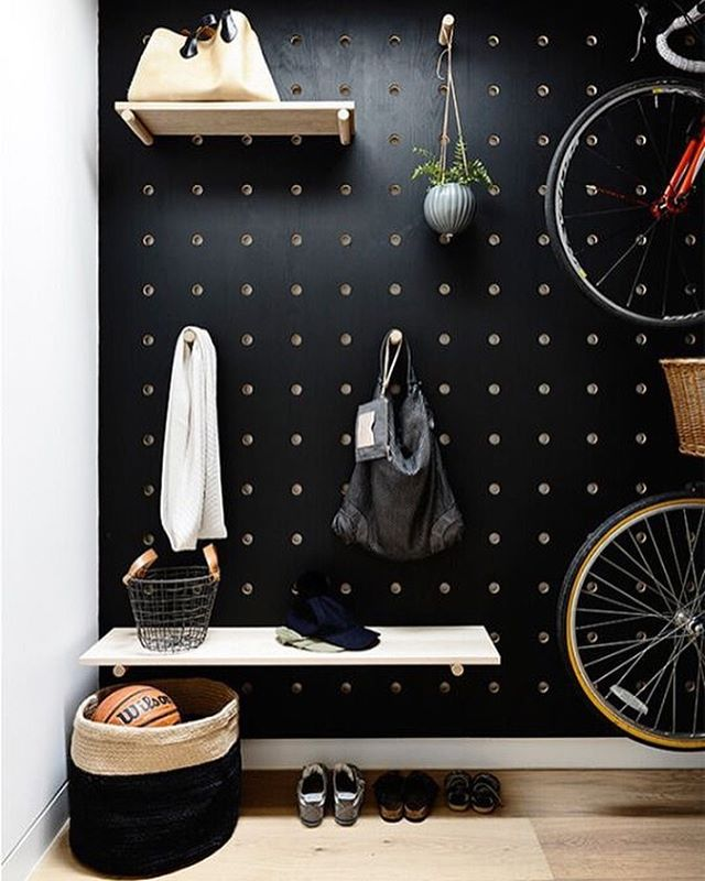 Pegboard styling of dreams ... we love it in black. In a hallway. Perfect - not only looks good but can be adapted as your home changes 🖤. . Design @what.kate.sees @heartlydesignstudio