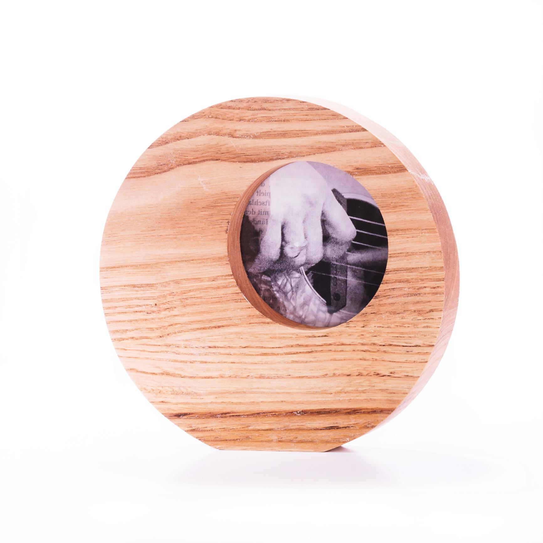 MADERA NATURAL - Trabajamos con múltiples maderas para encontrar la calidez que conecta contigo.Nuestras favoritas, el castaño y el roble.Aplicamos un acabado muy natural, cera o aceite, para disfrutar del tacto de la pieza.
